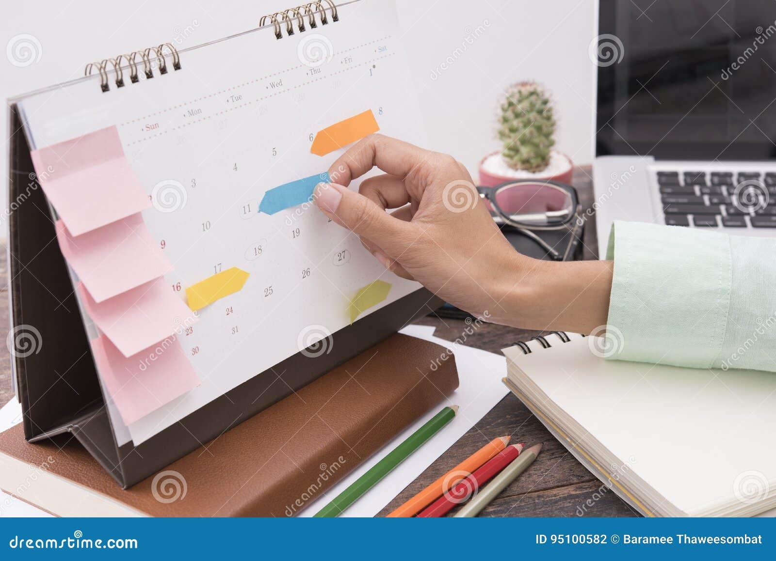 Reunión del planificador del calendario del negocio sobre oficina del escritorio organización