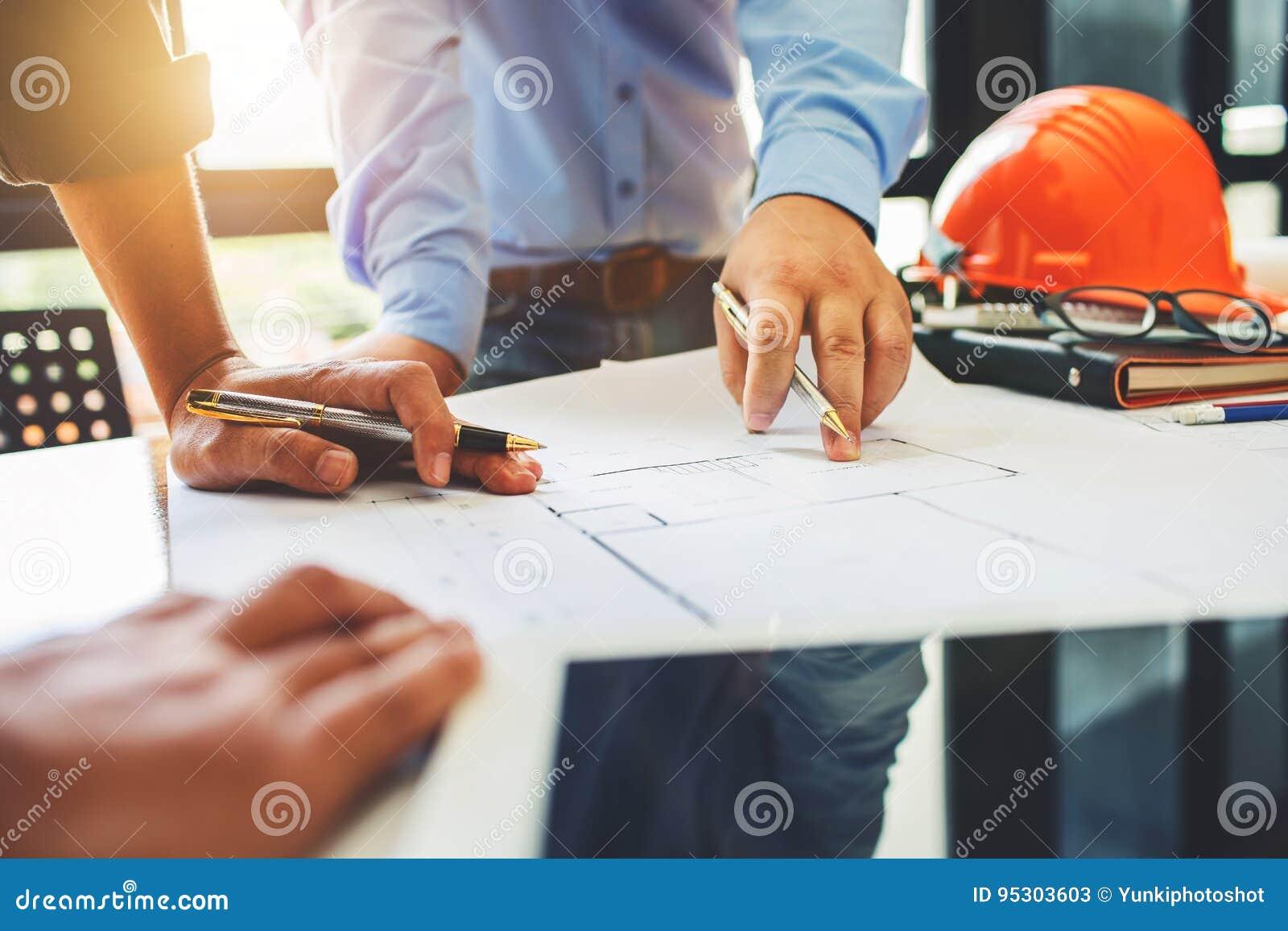 Reunión del trabajo en equipo de la ingeniería de arquitectura en el lugar de trabajo para planear d