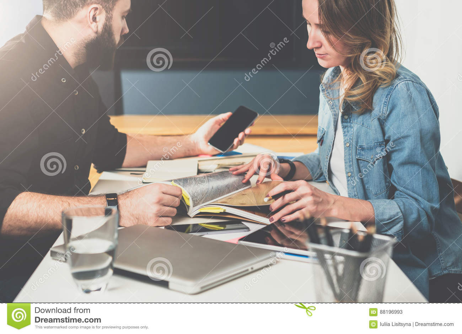 Reunión unívoca Reunión de negocios Trabajo en equipo Hombre de negocios y empresaria que se sientan en la tabla Hombre que usa S