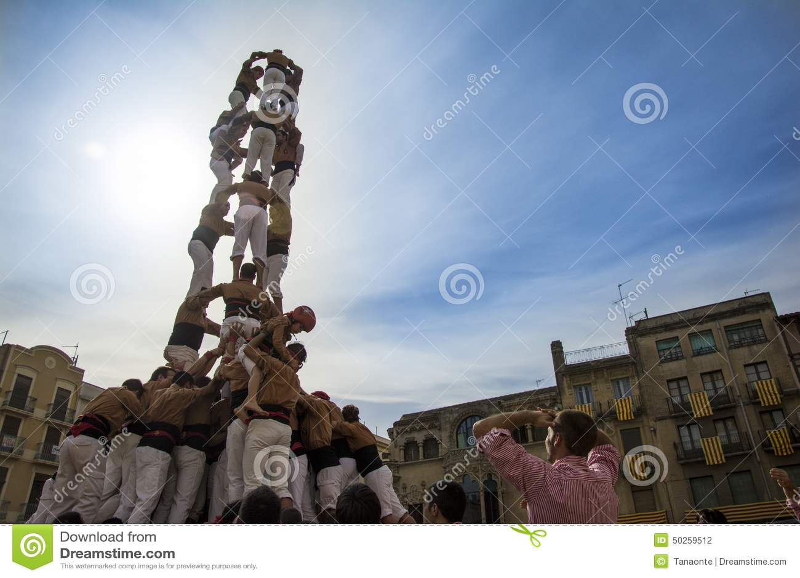 REUS, ESPAÑA - 25 DE OCTUBRE DE 2014: El funcionamiento de Castells, un Castell es una torre humana construida tradicionalmente e
