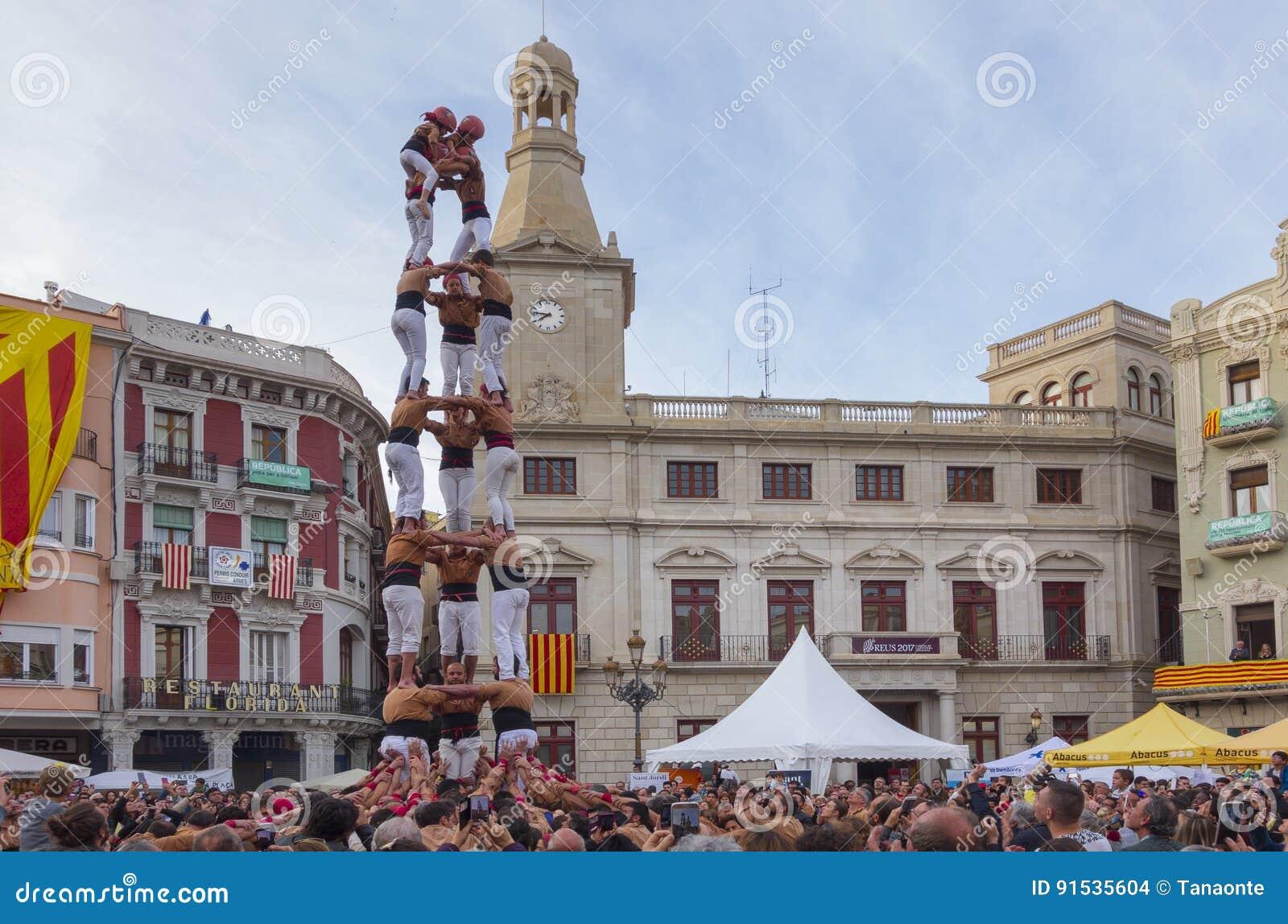 REUS, ESPANHA - 23 DE ABRIL DE 2017: Desempenho de Castells