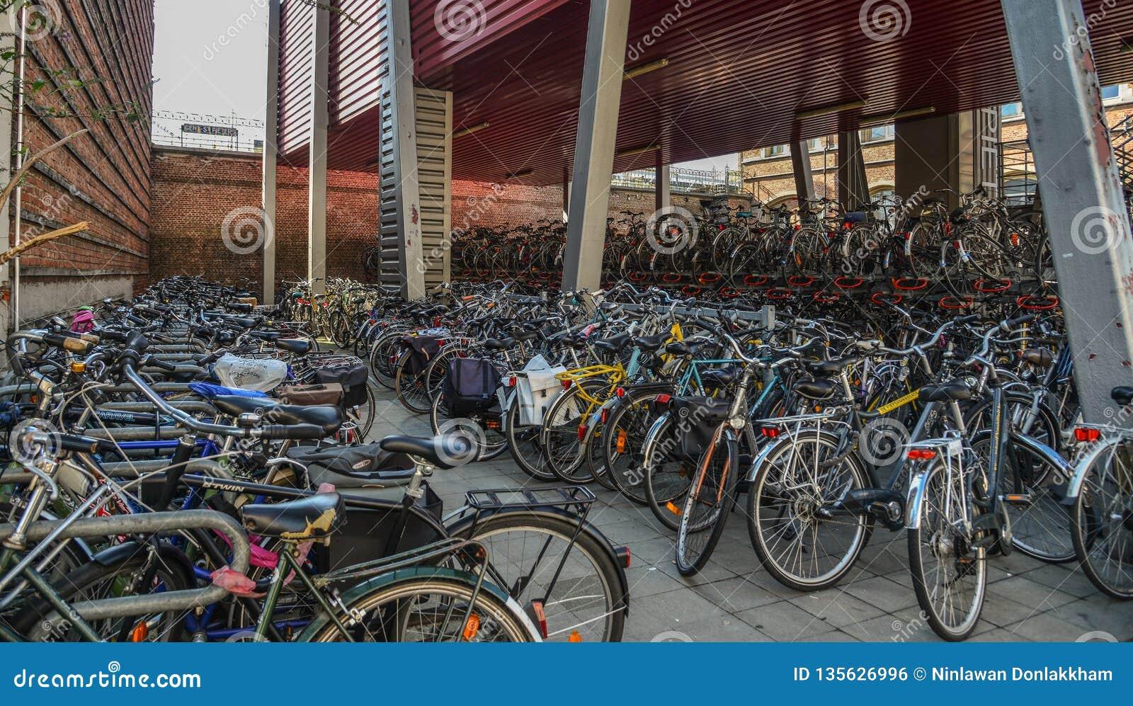 Reusachtig fietsparkeren in het centrum van Mijnheer, België