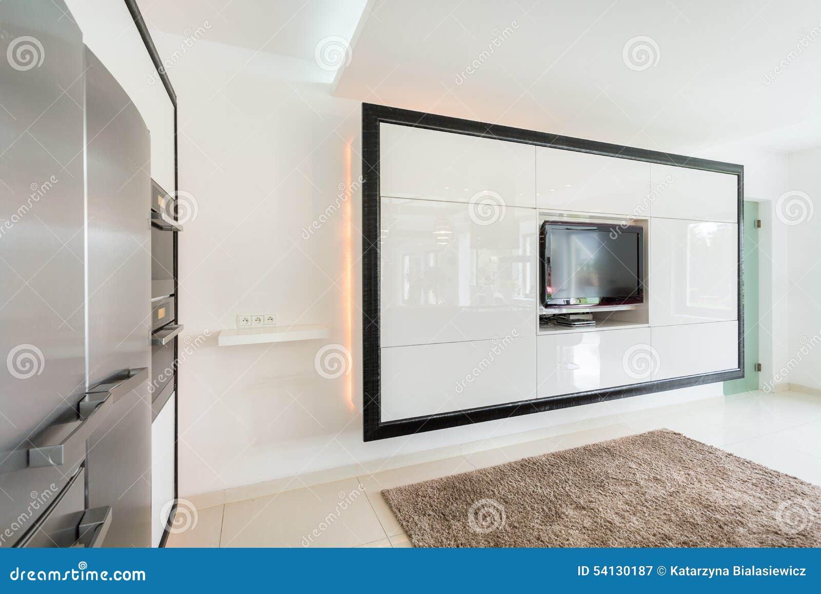 Tv Aan Muur : Reusachtige tv op de muur in woonkamer stock afbeelding