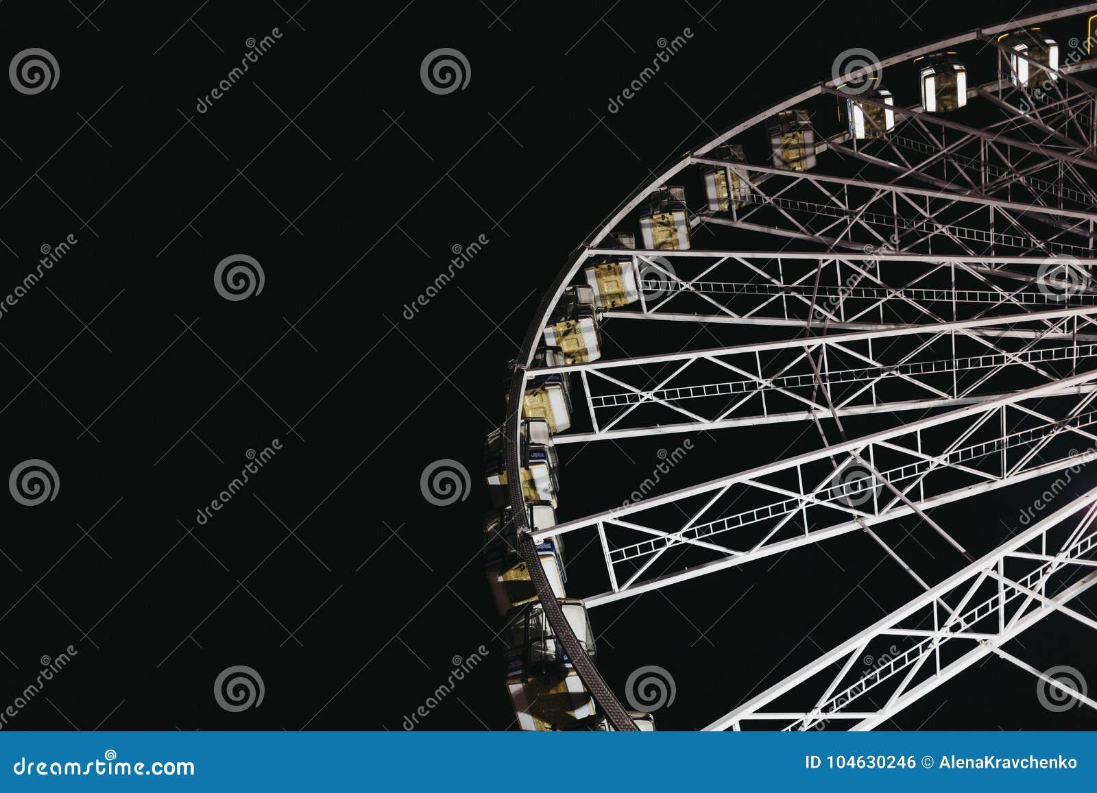 Download Reuzenrad In De Wintersprookjesland, Londen, Het UK Tegen Donkere Hemel Redactionele Foto - Afbeelding bestaande uit observatie, engeland: 104630246