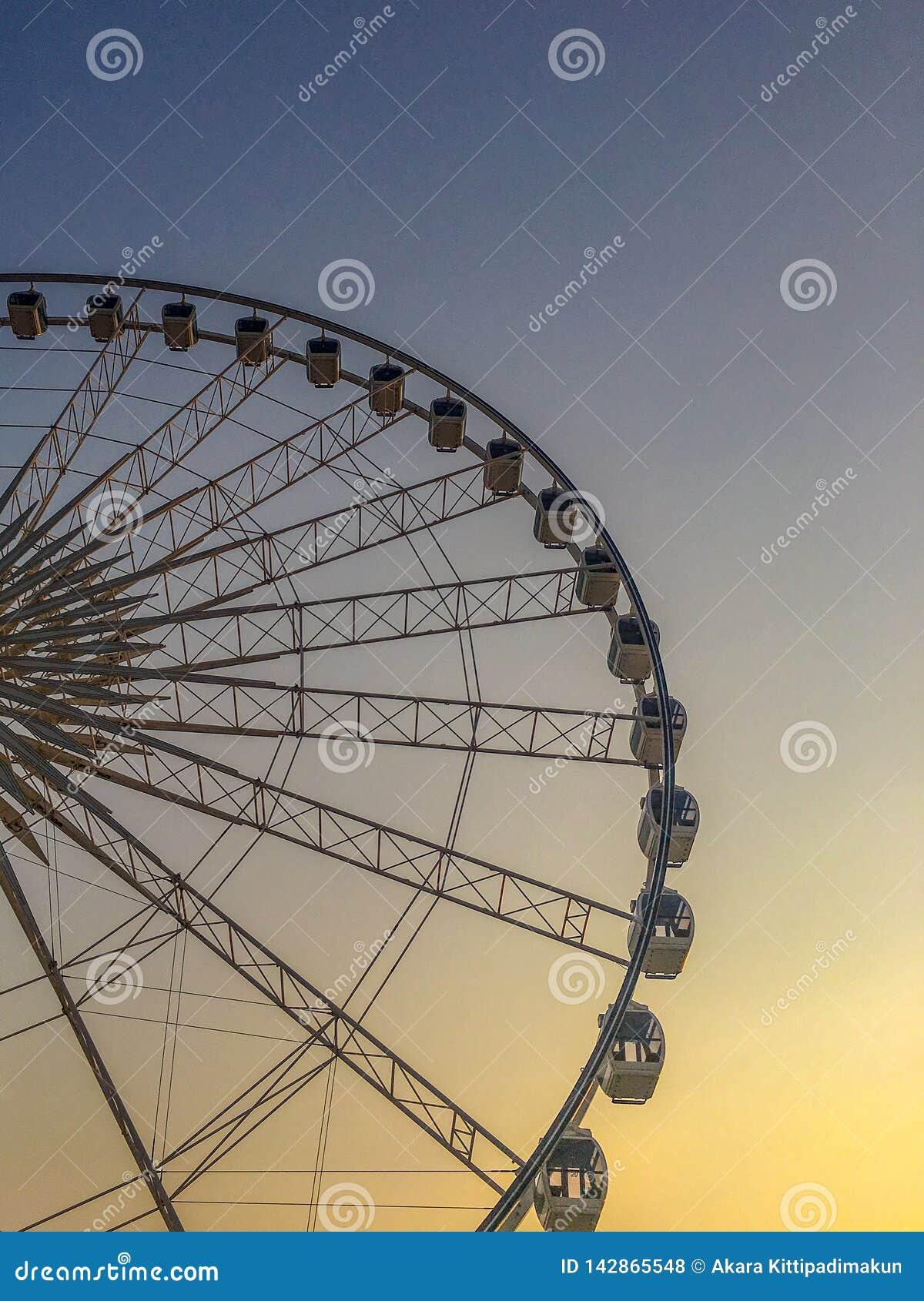 Reuzenrad op hemel bij schemeringachtergrond