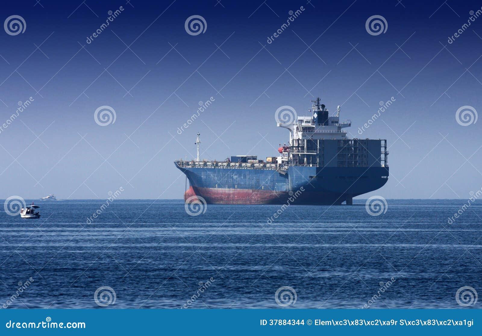 Reuzevrachtschip op het overzees