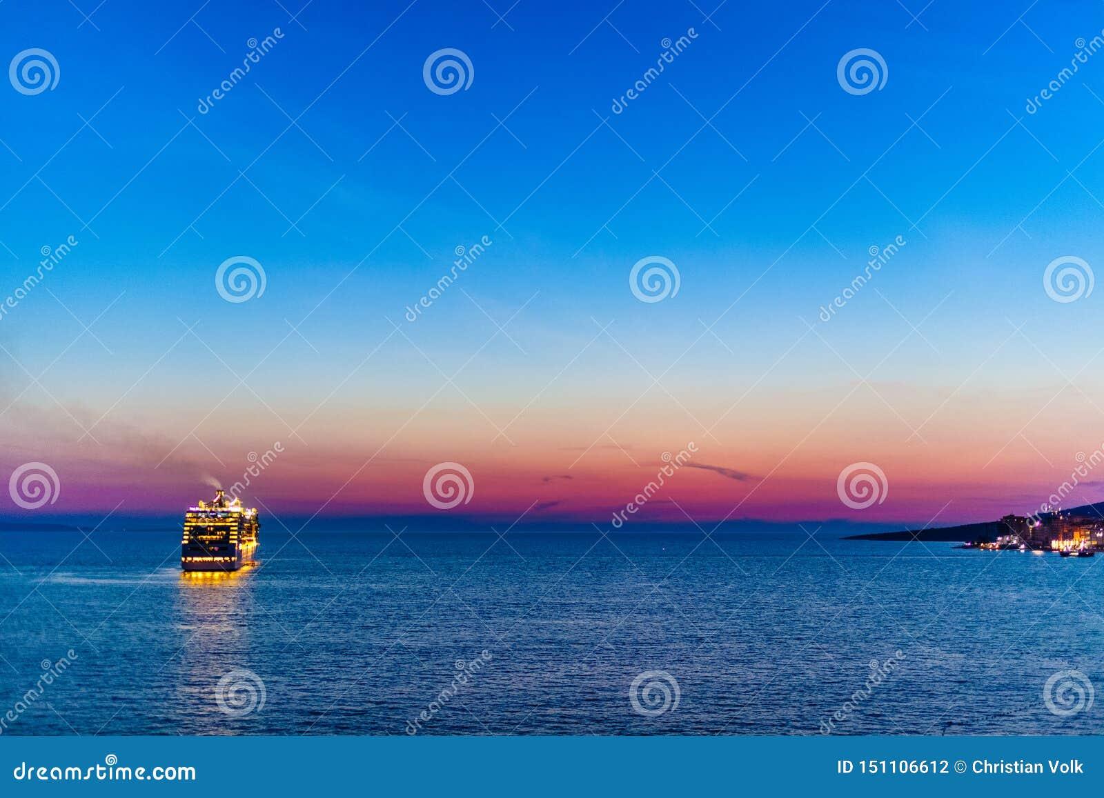 Revêtement de croisière laissant la côte albanaise près de Saranda