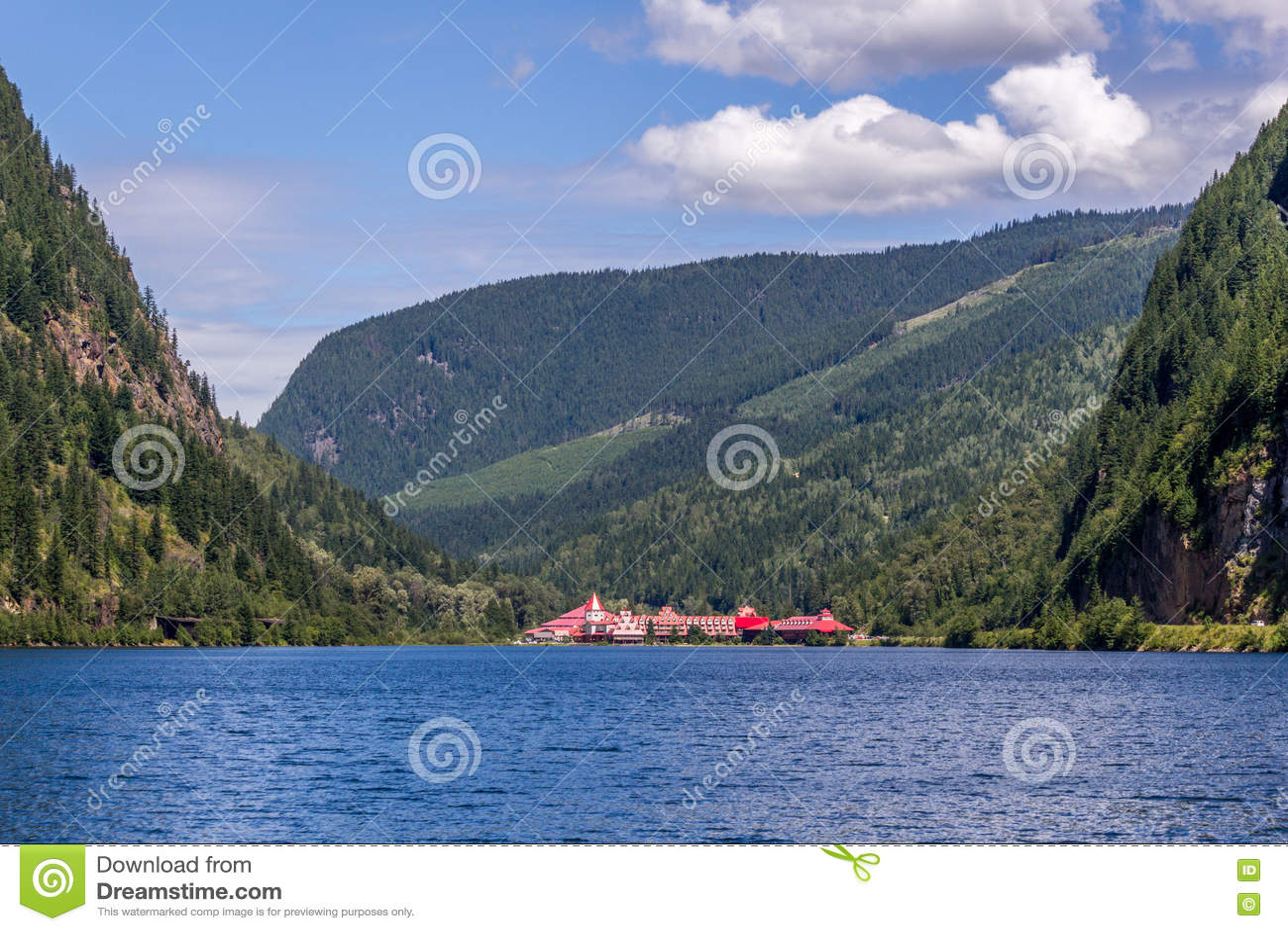 Revelstoke,加拿大2016年7月2日 三个谷空白大别墅