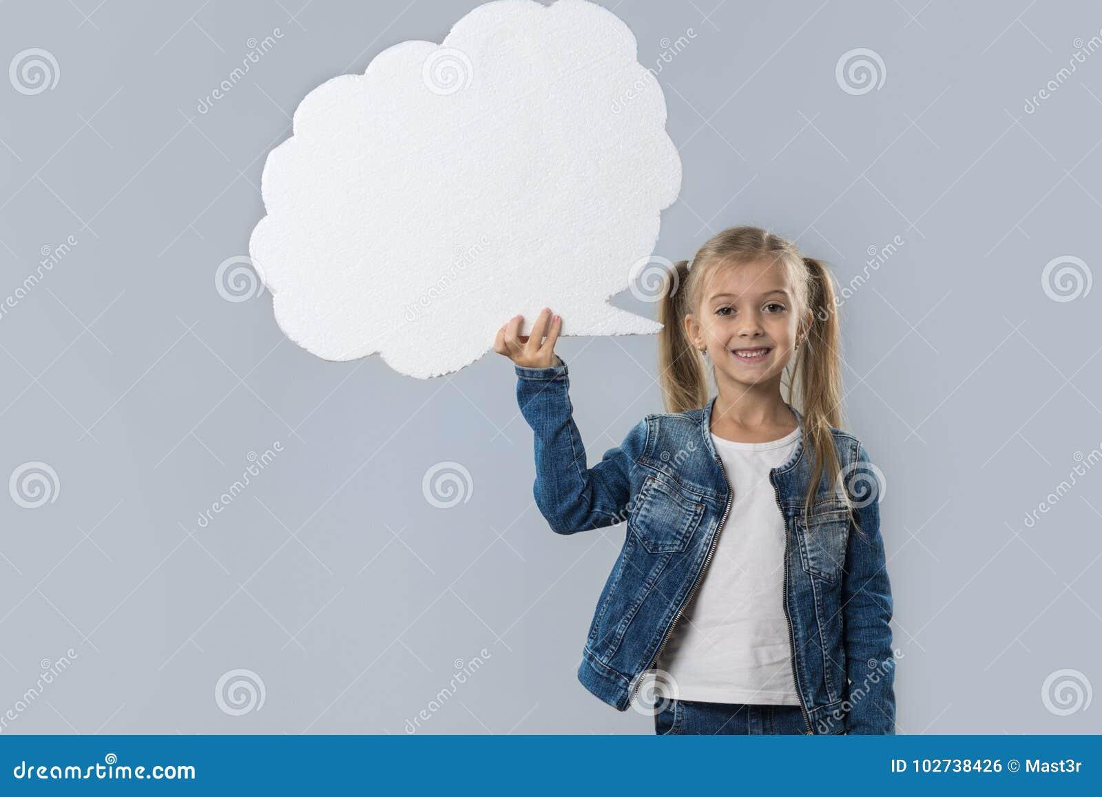 Revestimento branco de sorriso feliz das calças de brim do desgaste do espaço da cópia da nuvem da menina bonita isolado