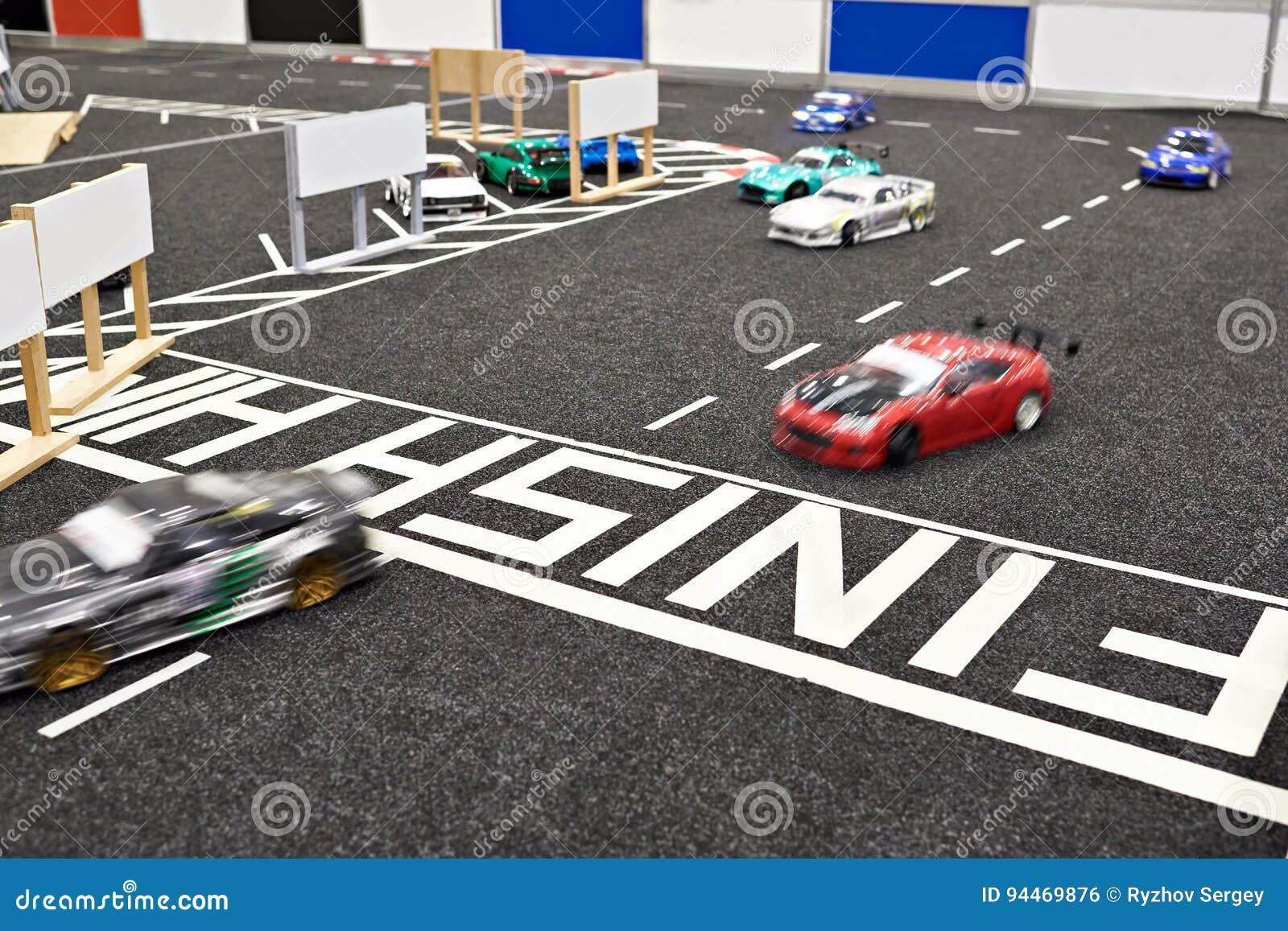 Revestimento da competição que compete os carros controlados de rádio