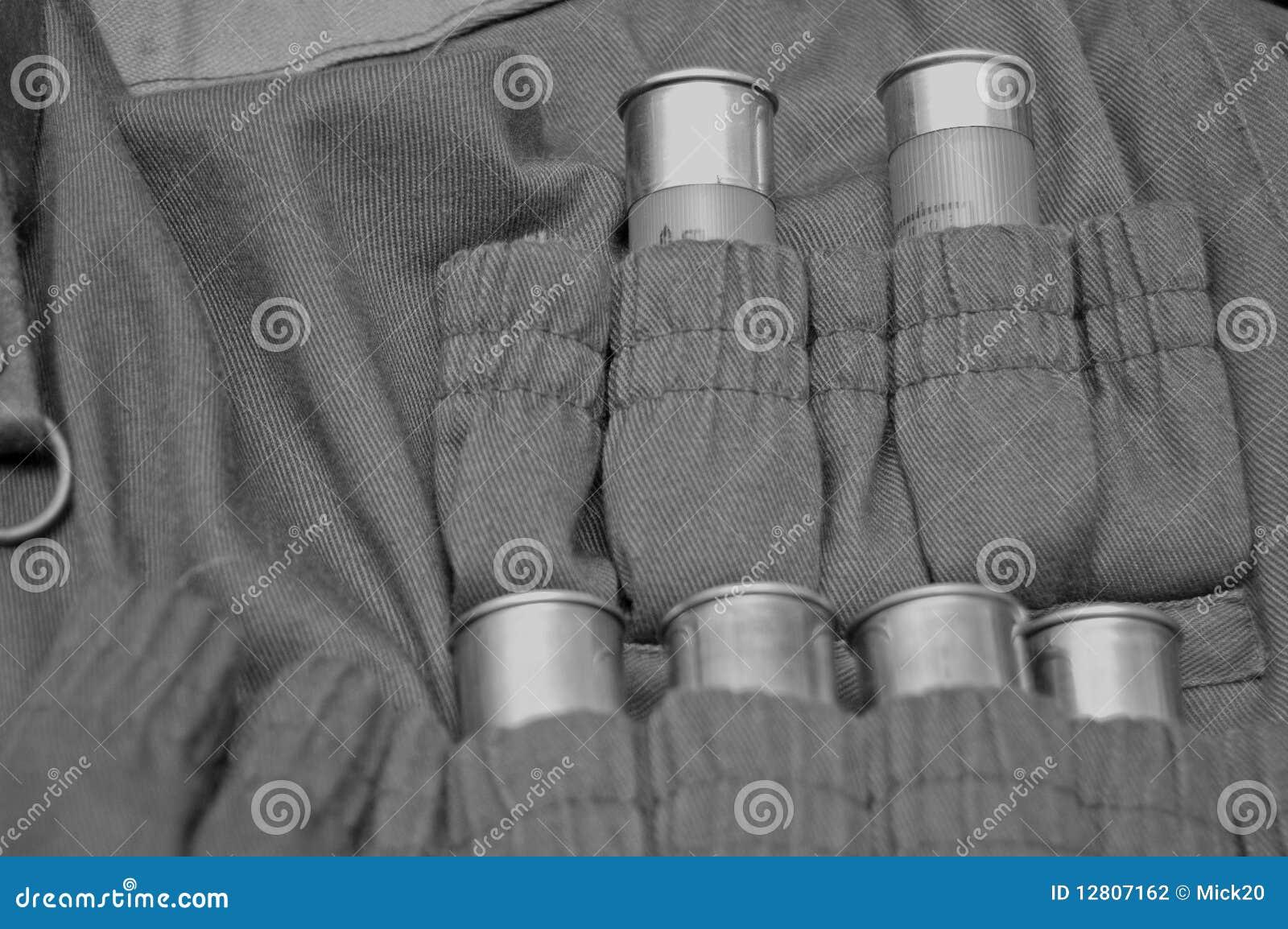 Revestimento do caçador com cartuchos da munição