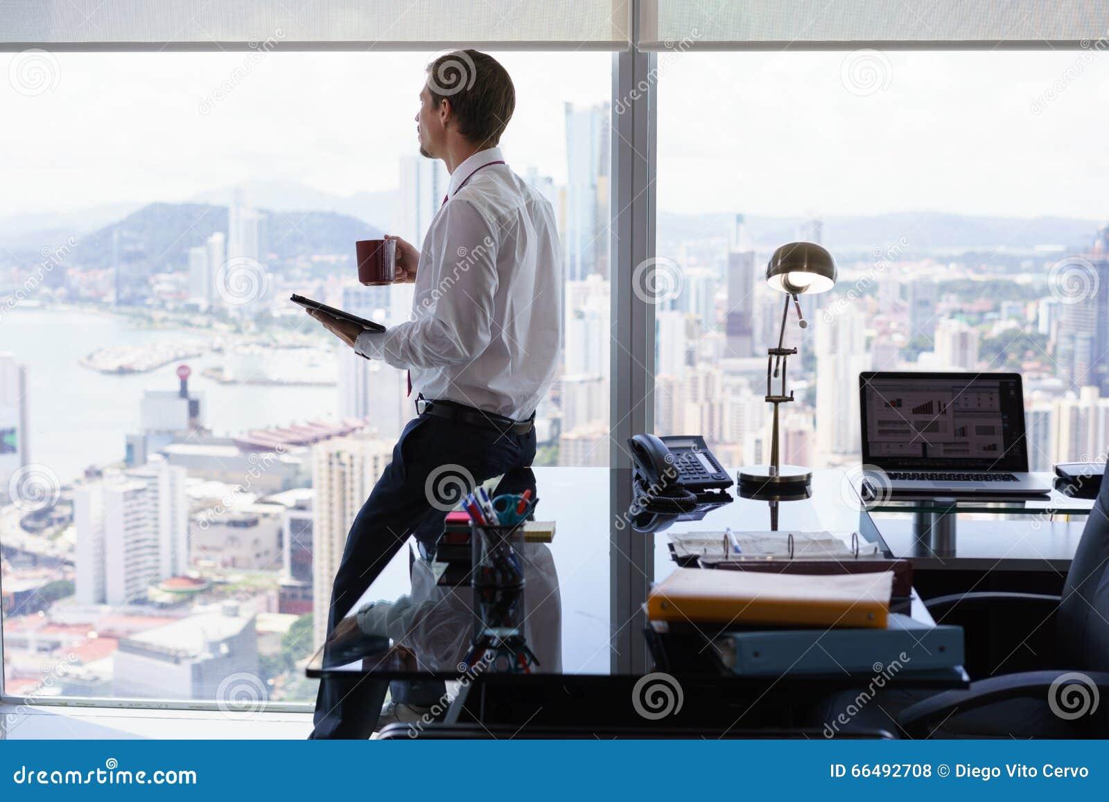 Revisão da imprensa da notícia da leitura do homem de negócio no PC da tabuleta