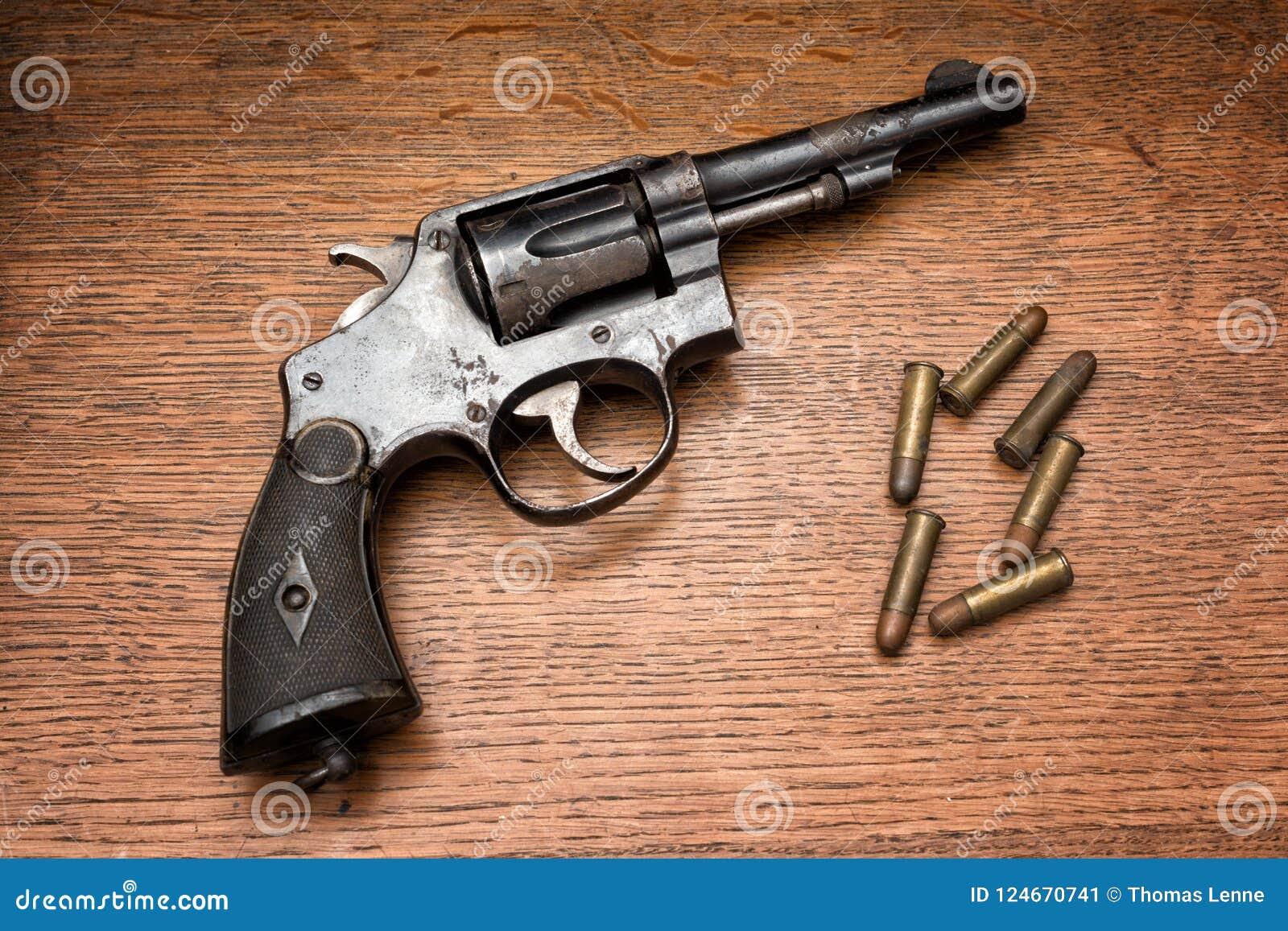 Revolver arrugginito della polizia militare anziana