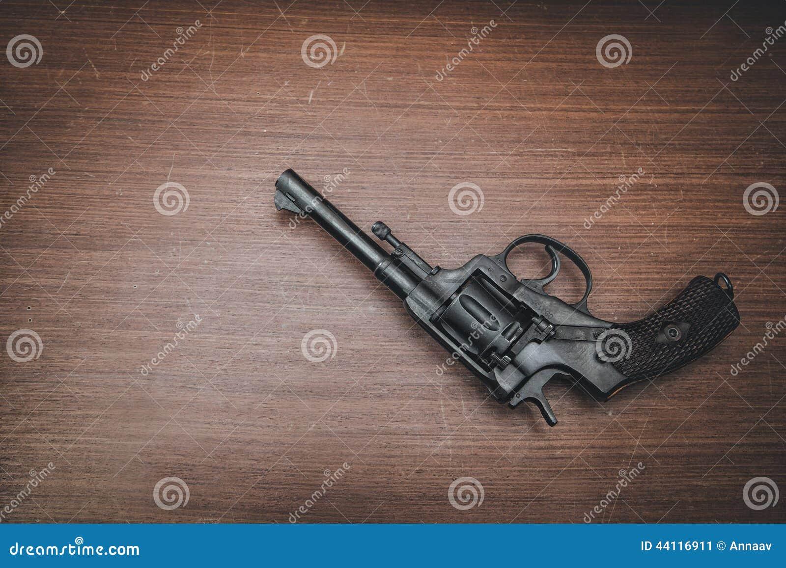 Revolver noir sur la table