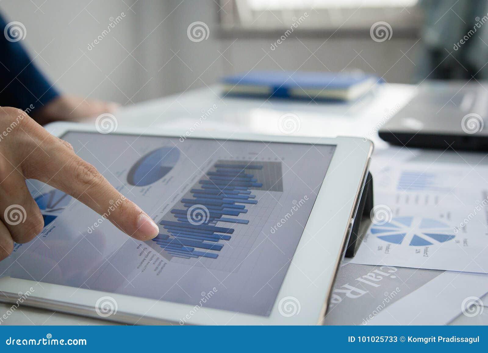 Rewizi pojęcie, ludzie biznesu Usługuje sprawdzać dokument