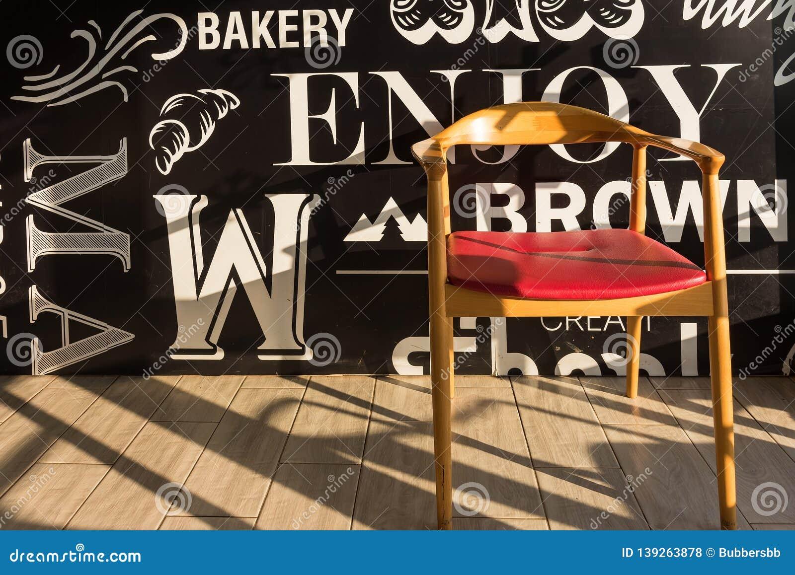 Rewolucjonistek krzesła na drewnianym podłogowym czarnym, eleganckim kawałku wnętrze restauracja,