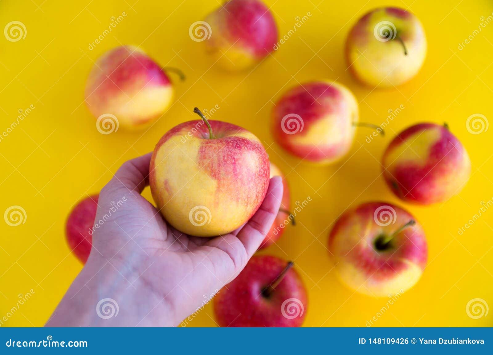 Rewolucjonistek soczy?ci ?wiezi jab?ka k?amaj? na ?