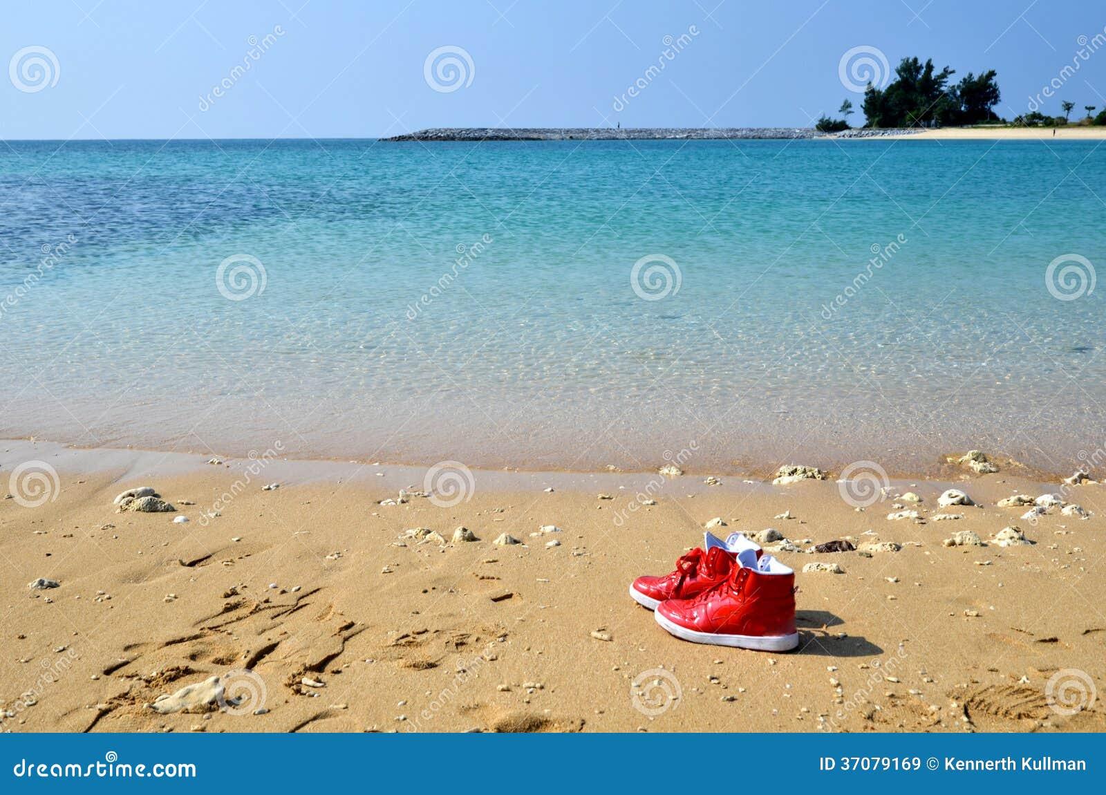 Download Rewolucjonistka Buty Przy Plażą Obraz Stock - Obraz złożonej z brzeg, leisure: 37079169