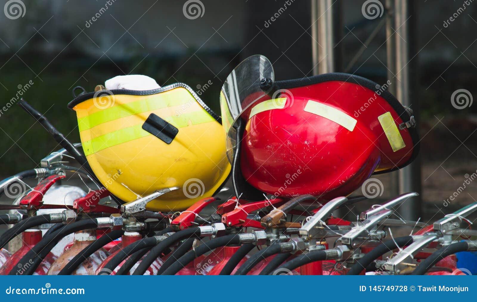 Rewolucjonistka i żółty zbawczy hełm na pożarniczym zbiorniku