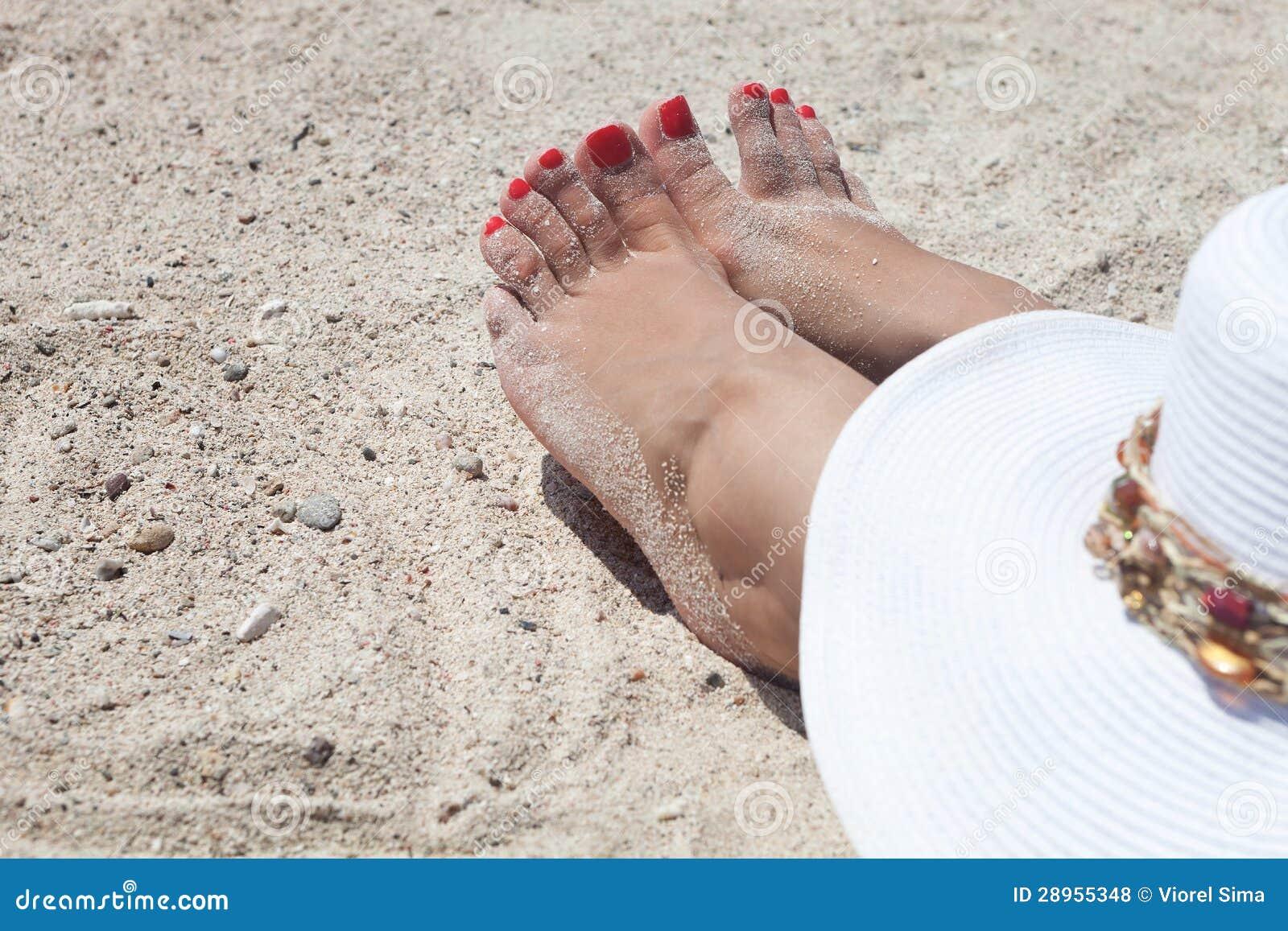 Rewolucjonistki przybijający palec u nogi kobieta na plaży