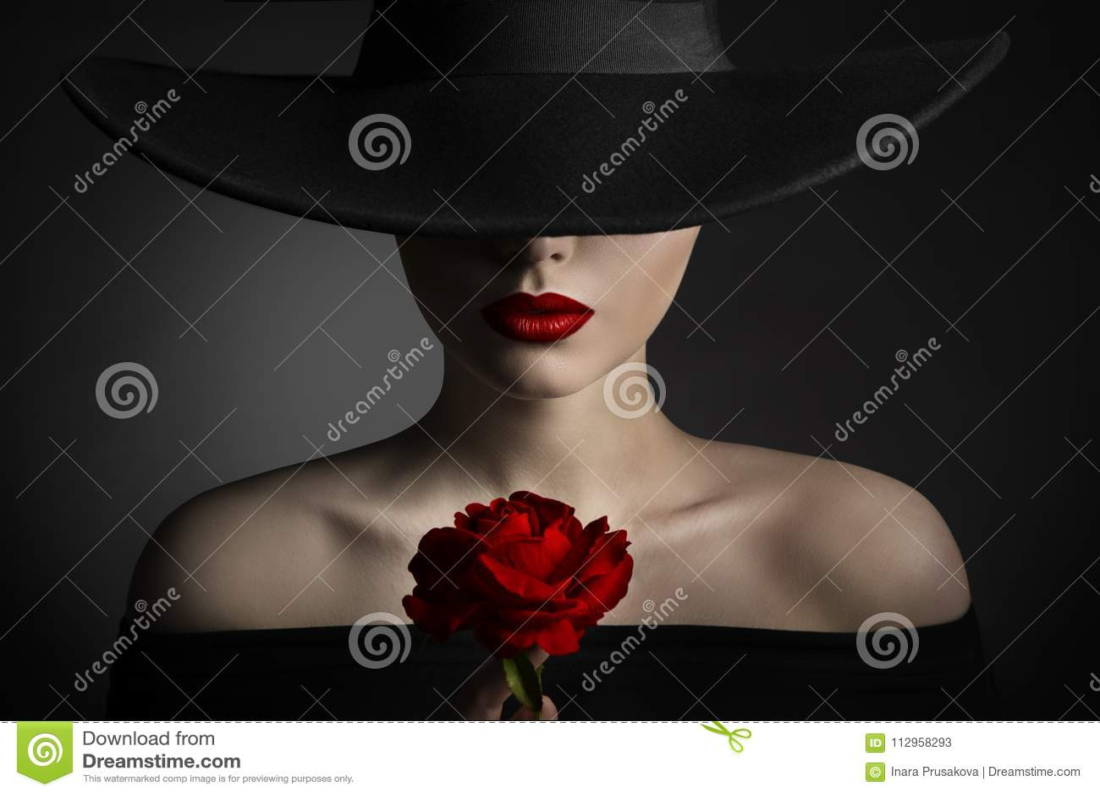 Rewolucjonistki róży kwiatu kobiety wargi i czarny kapelusz, moda modela piękno