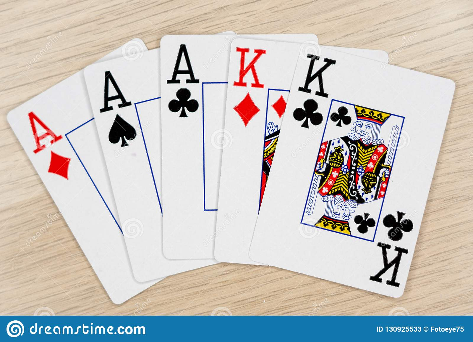 Reyes de los as de la casa llena - casino que juega tarjetas del póker