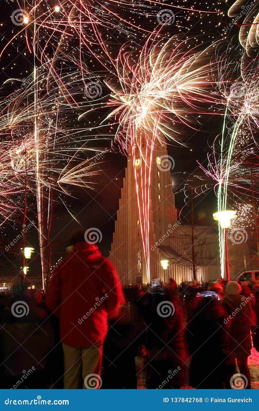 ReykjavÃk, Island, Sylvesterabend, Feuerwerke nahe HallgrÃmskirkja