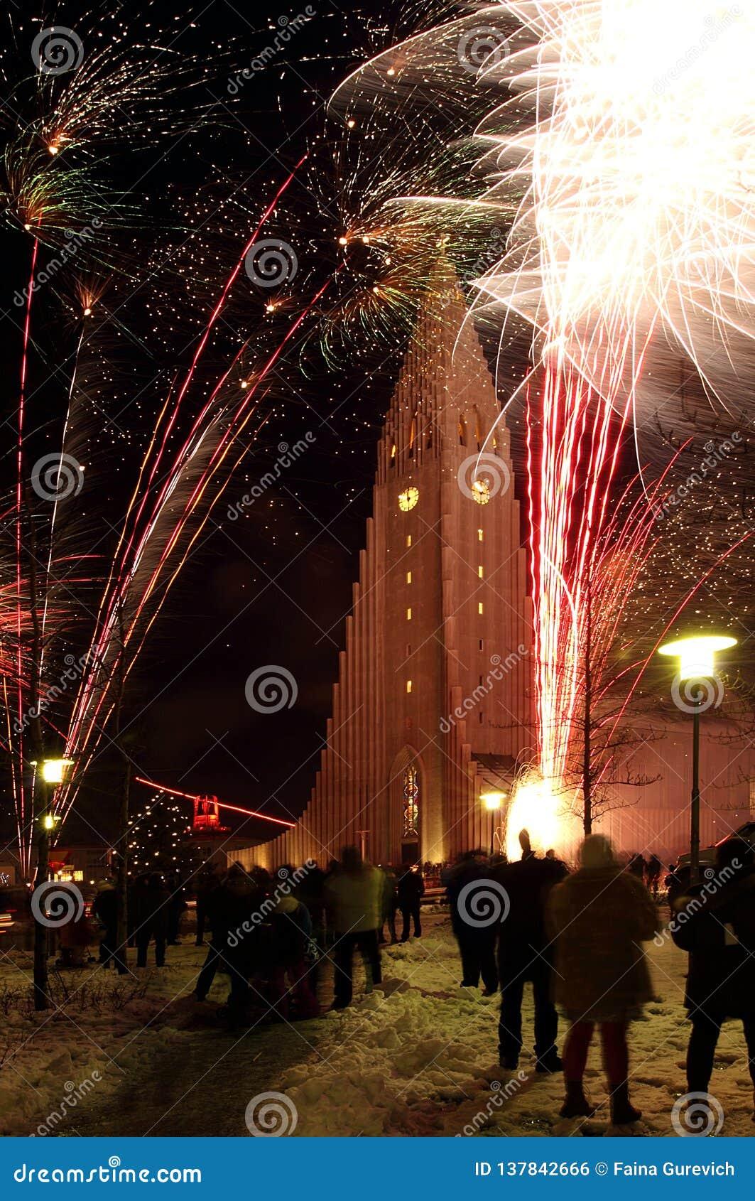 ReykjavÃk, Islanda, nuovo anno EVE, fuochi d artificio vicino a HallgrÃmskirkja