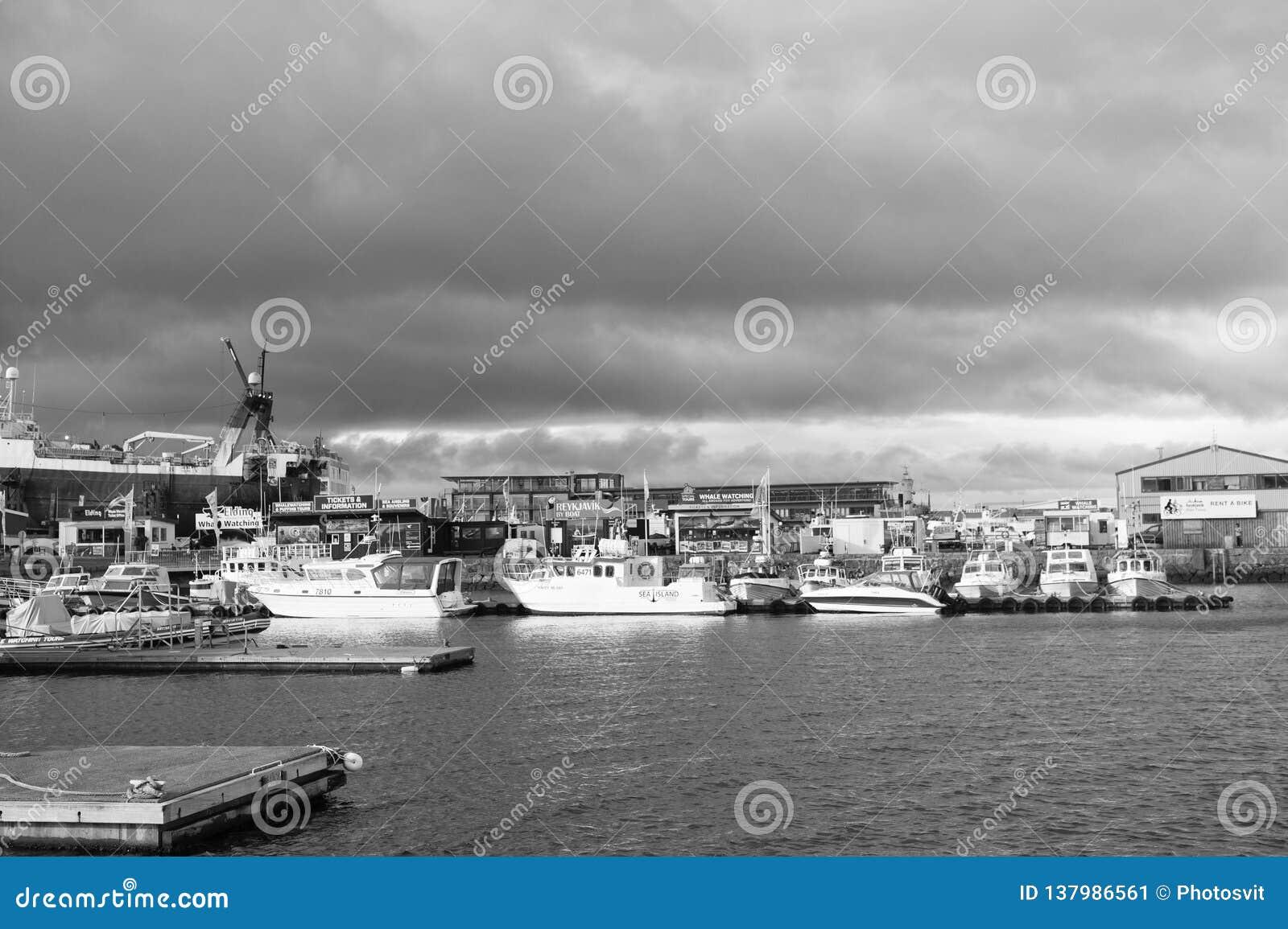 Reykjavik, Islande - 13 octobre 2017 : régions marines et côtières avec la vue de port maritime Déplacez-vous par des îles de Mar