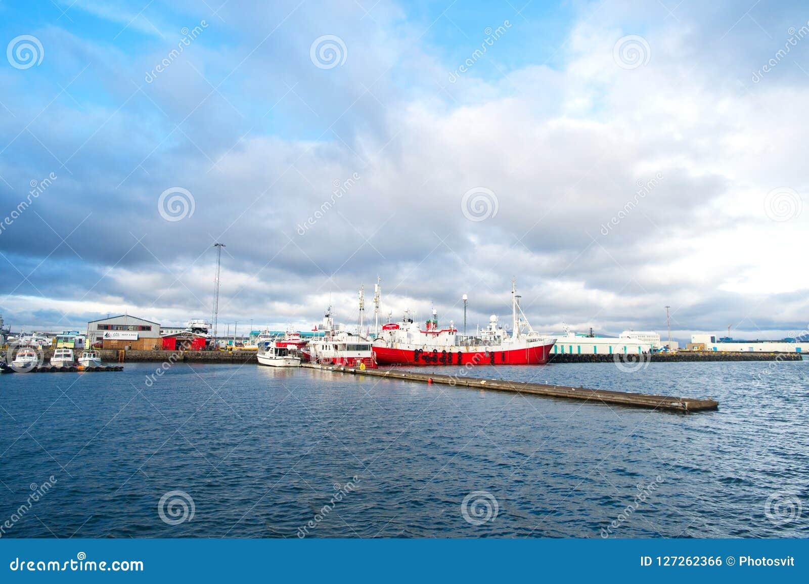 Reykjavik, Islande - 13 octobre 2017 : voyage par bateau des vacances d été En cas de doute, partez en vacances Un grand bateau