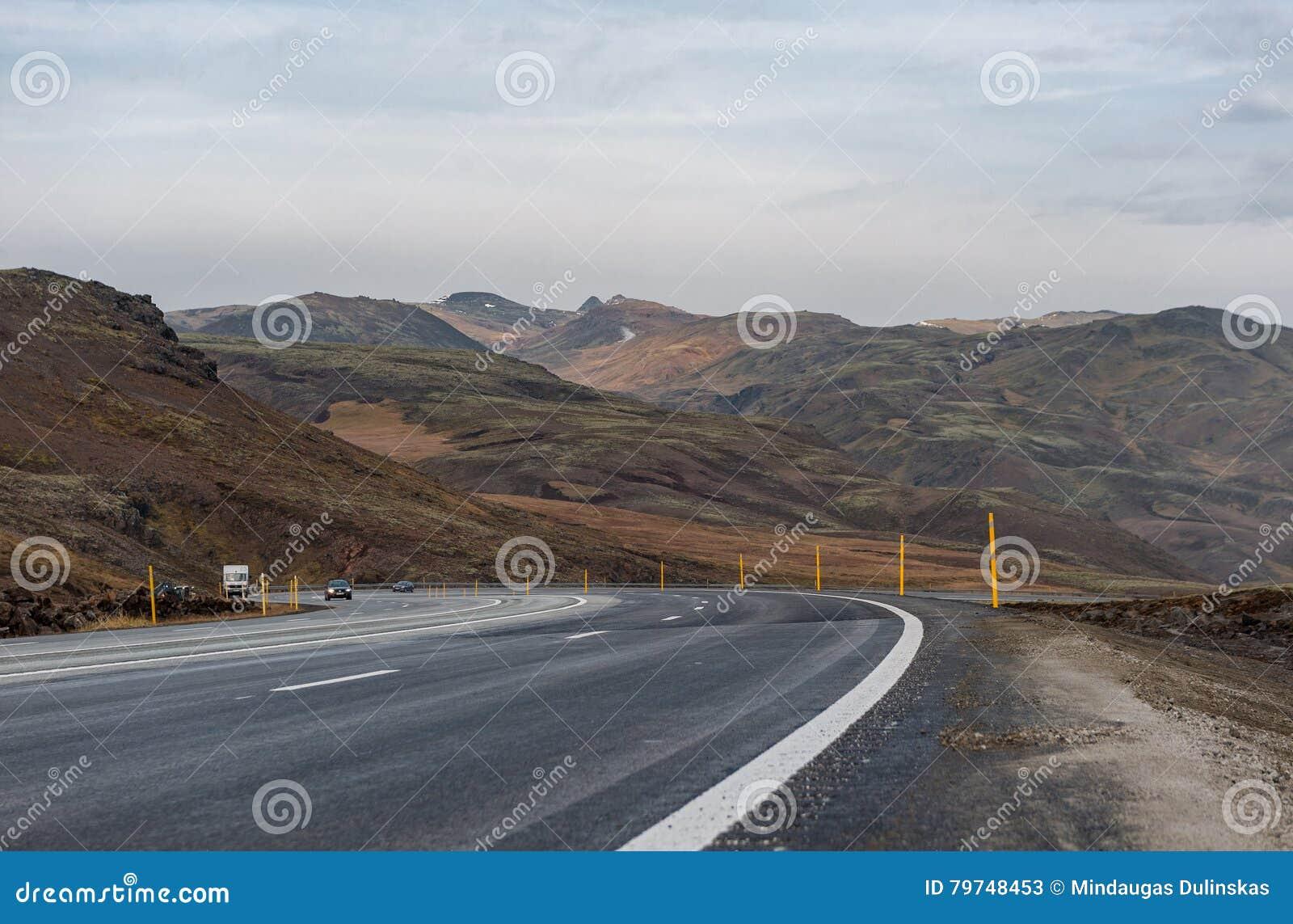 REYKJAVIK - ISLANDIA - 15 DE OCTUBRE DE 2016: Paisaje de Islandia con la montaña, el cielo azul y el camino