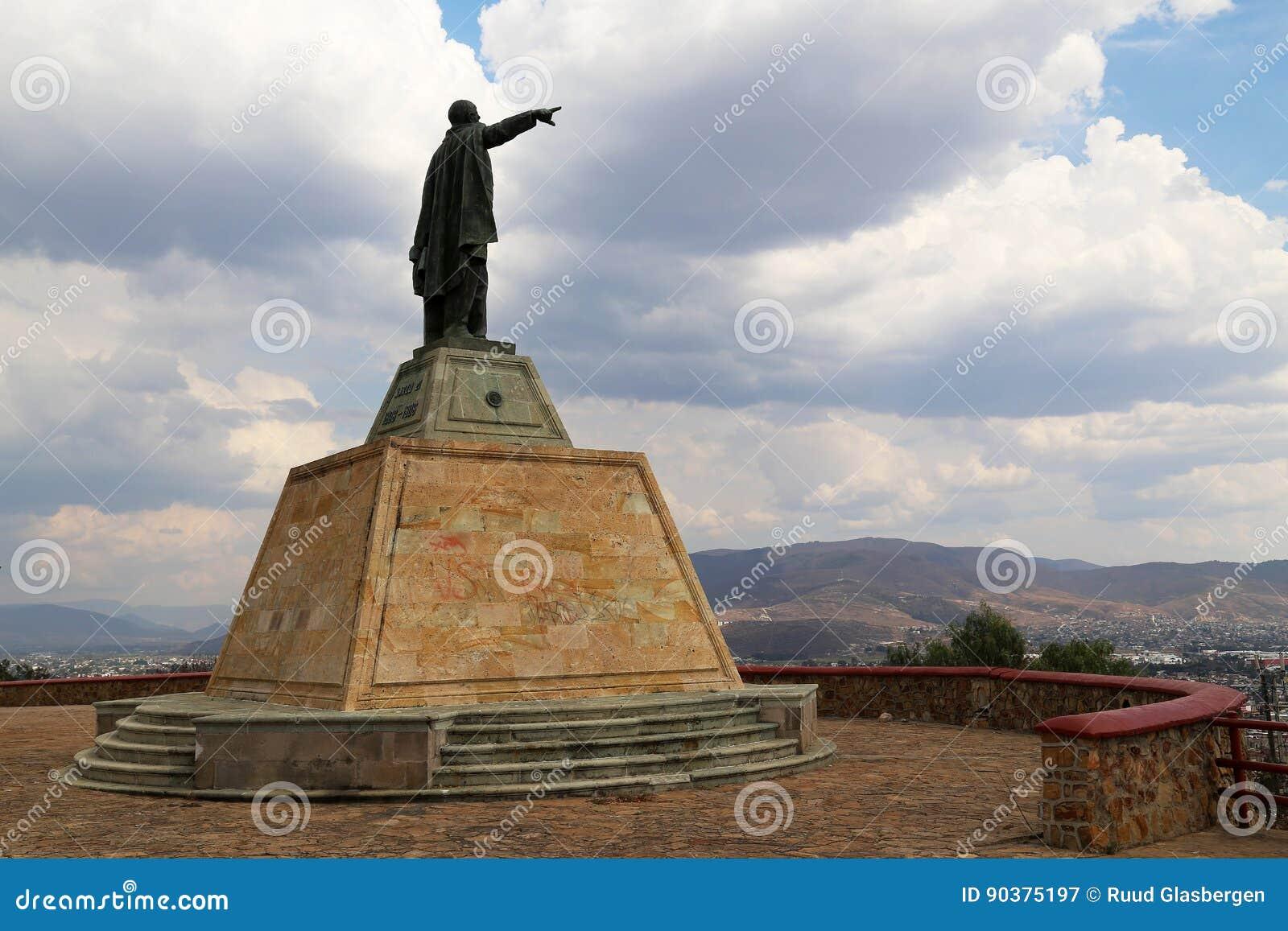 Rez GarcÃa de ¡ de Benito Pablo Juà regardant au-dessus d Oaxaca, le Mexique