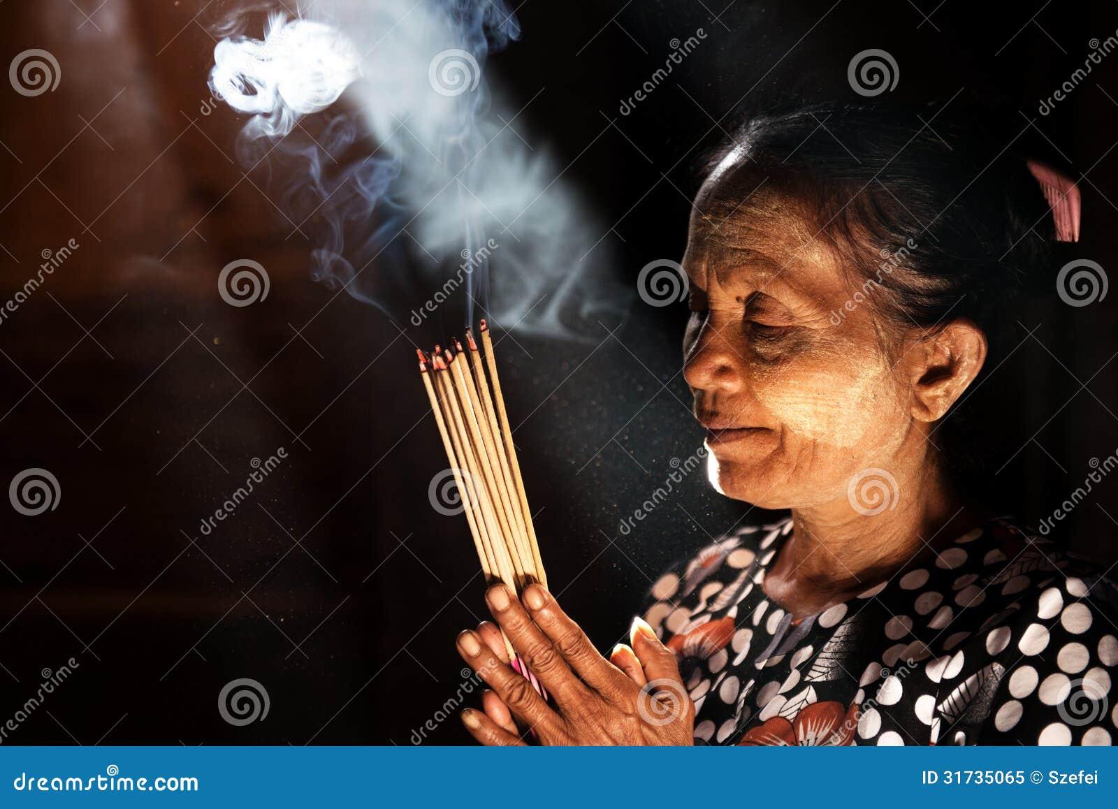 Rezar com varas do incenso
