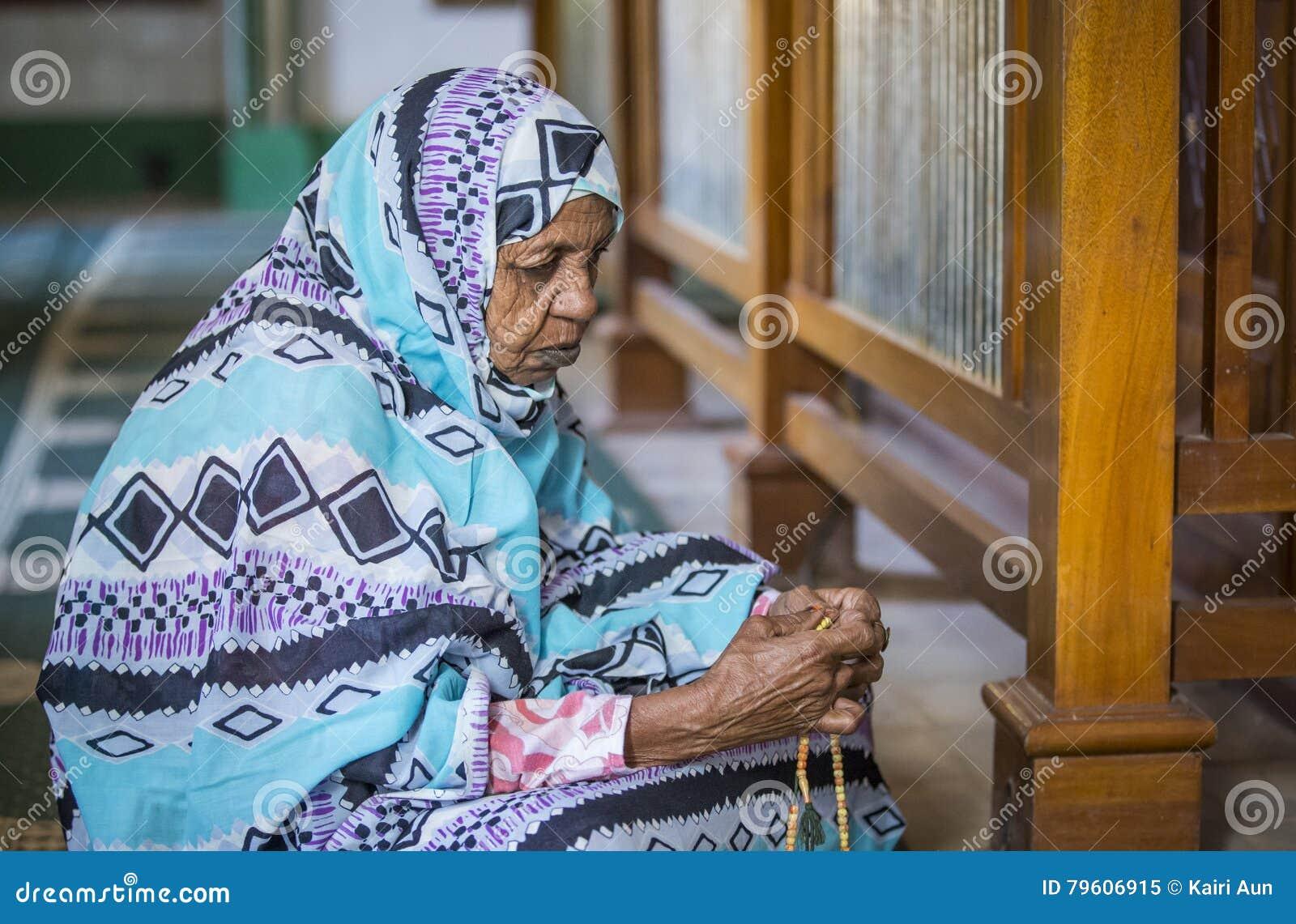Rezar sudanês da mulher