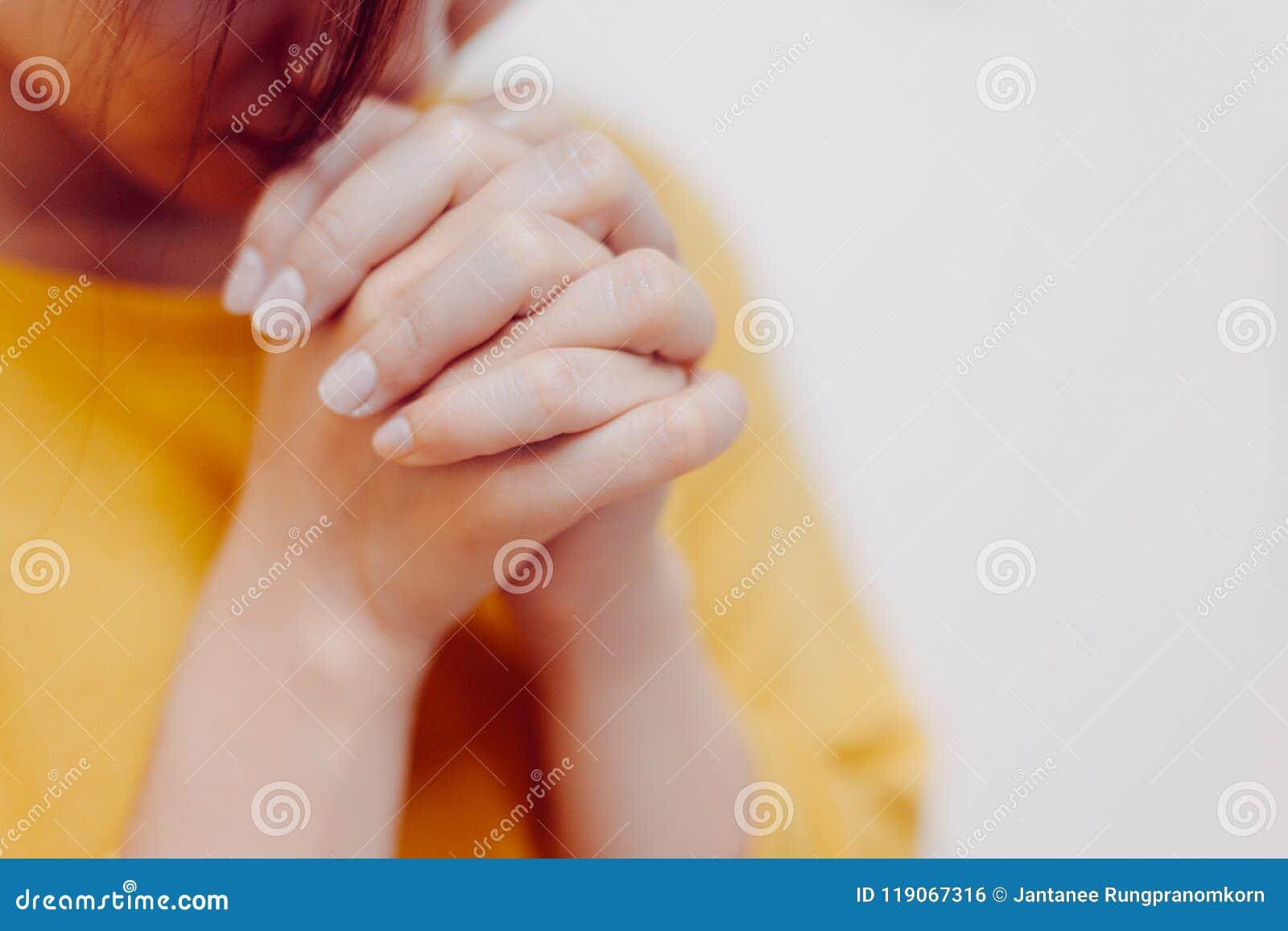 Rezo de la muchacha de las manos a dios