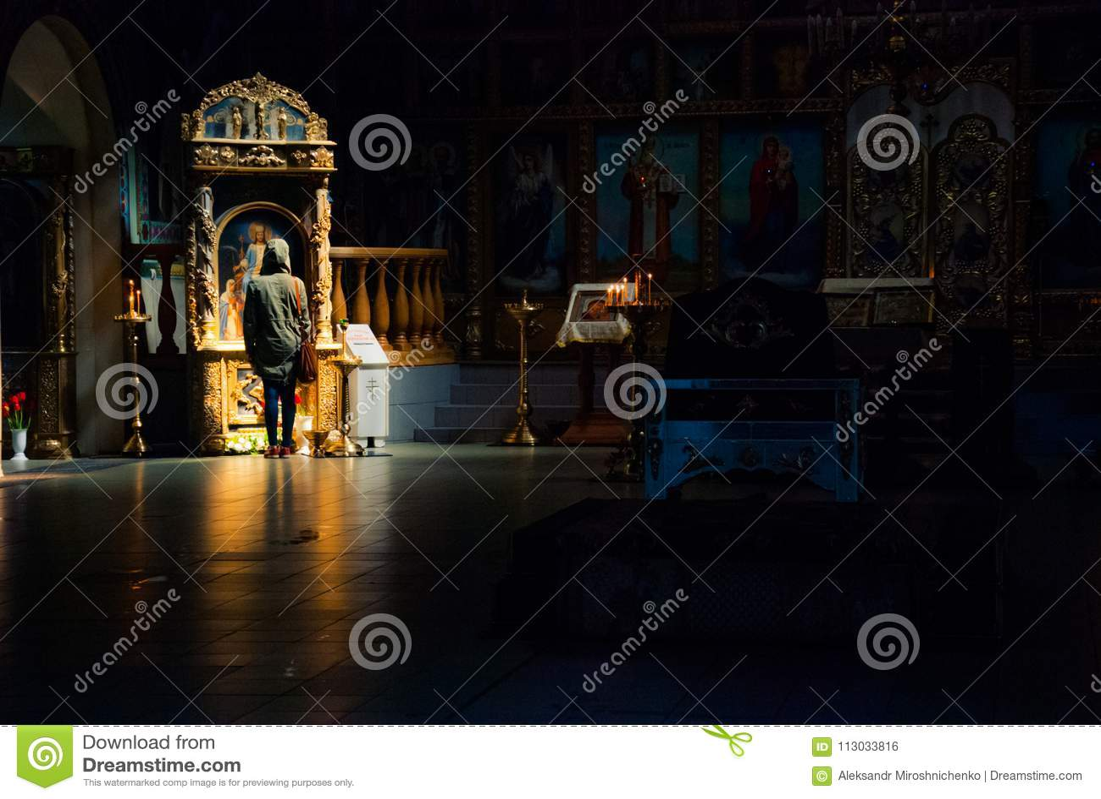 Rezo solo en el templo