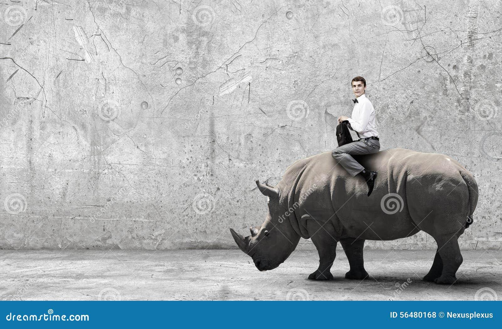 Rhinocéros de tour d homme