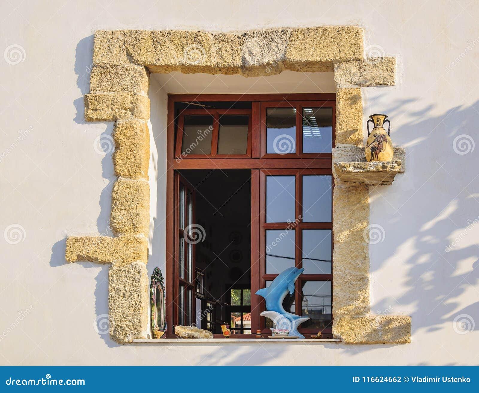 RHODES Grekland-Augusti 24, 2015: Fönster i ett modernt keramiskt krukmakeriseminarium med beståndsdelar av garnering