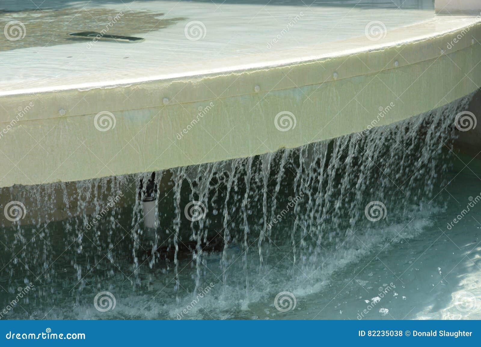 Riachos da queda da água da borda da fonte