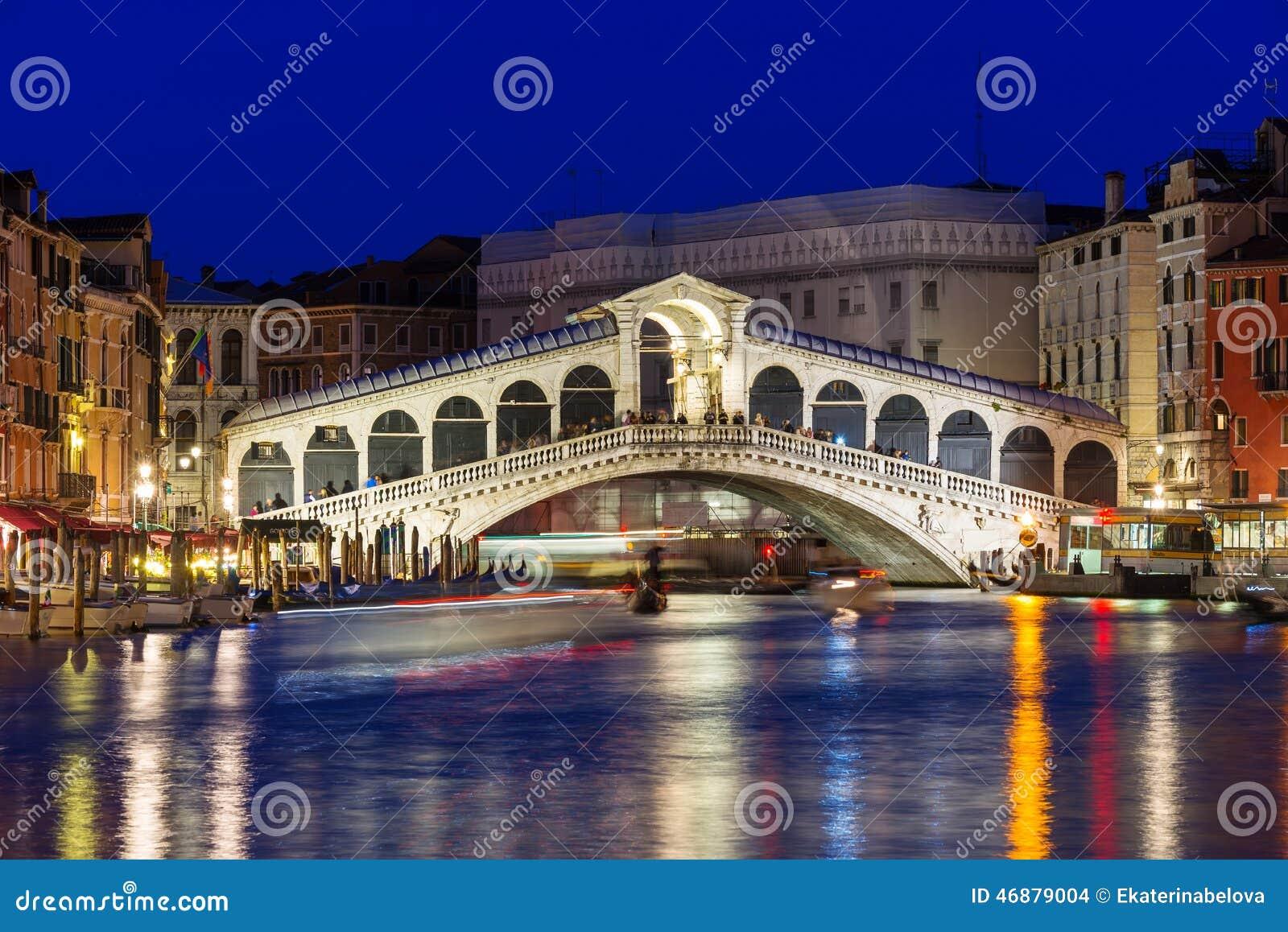 Rialto桥梁和大运河夜视图在威尼斯