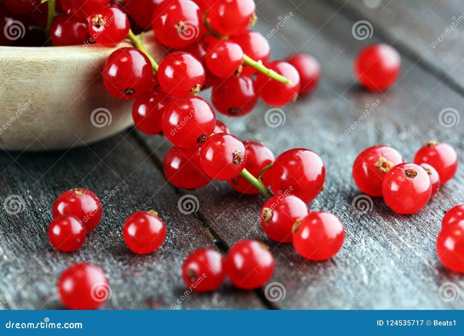 Ribes rosso fresco sulla tavola rustica leggera Frutta sana di estate
