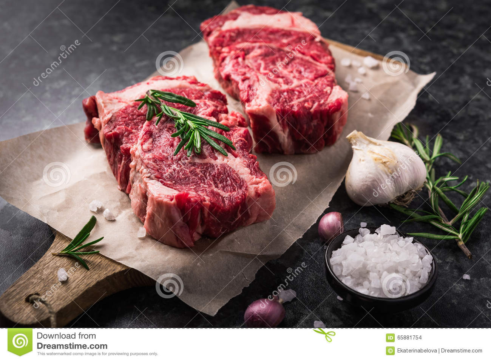 Ribeye marbré frais cru de bifteck d Angus de noir de la viande deux, ail, sel