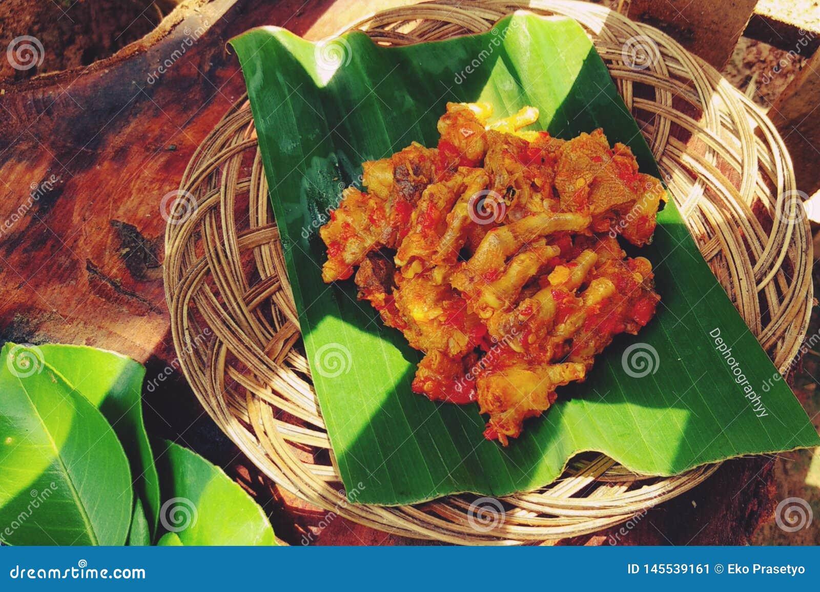 Rica-Rica Ayam is een voedselmenu dat een kruidige, smakelijke en zoete smaak met het aroma van kruiden heeft