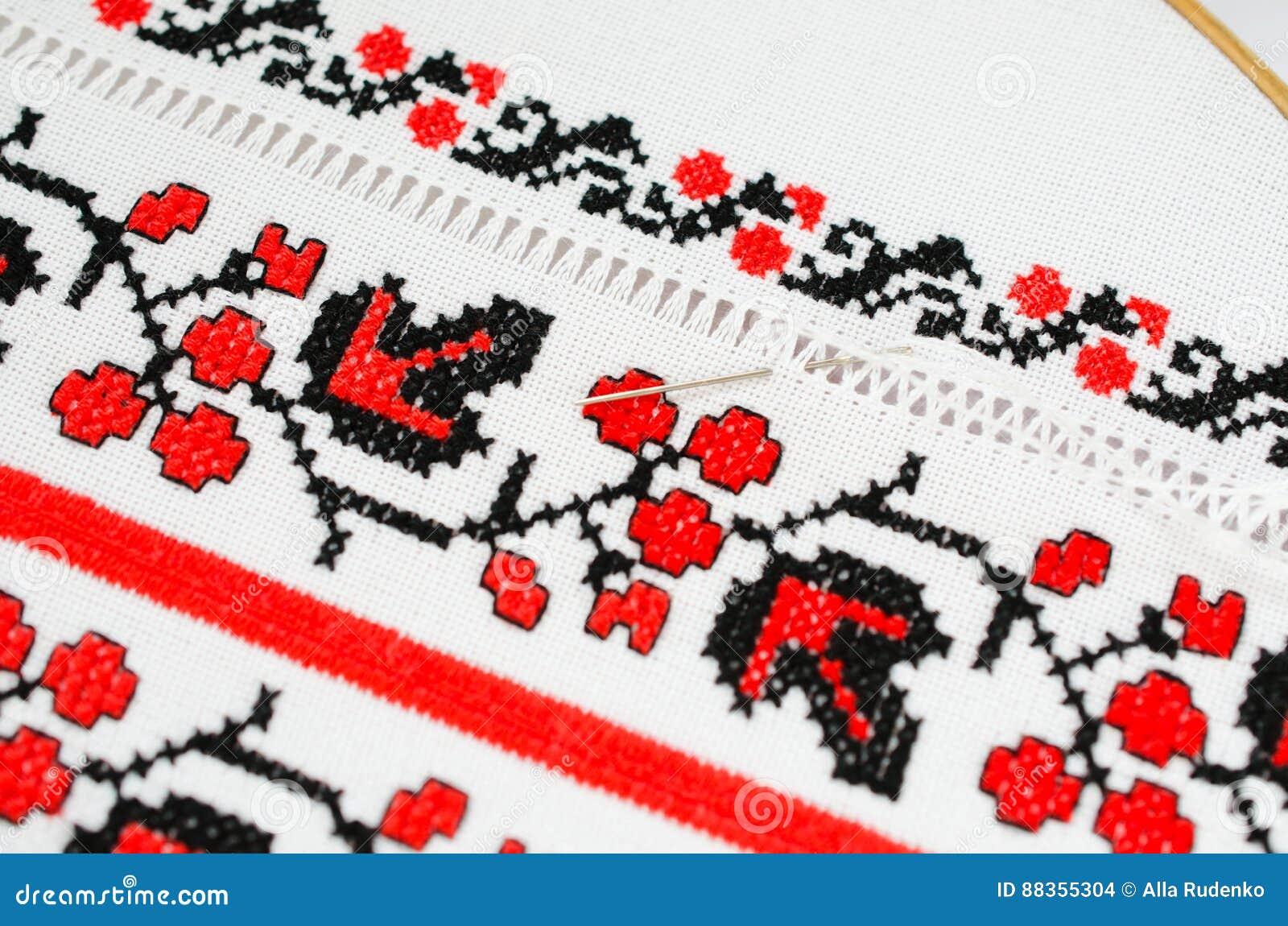 Ricamare A Punto Croce Su Lino.Ricamo Rosso E Nero Dello Slavo Dal Punto Croce Fotografia Stock