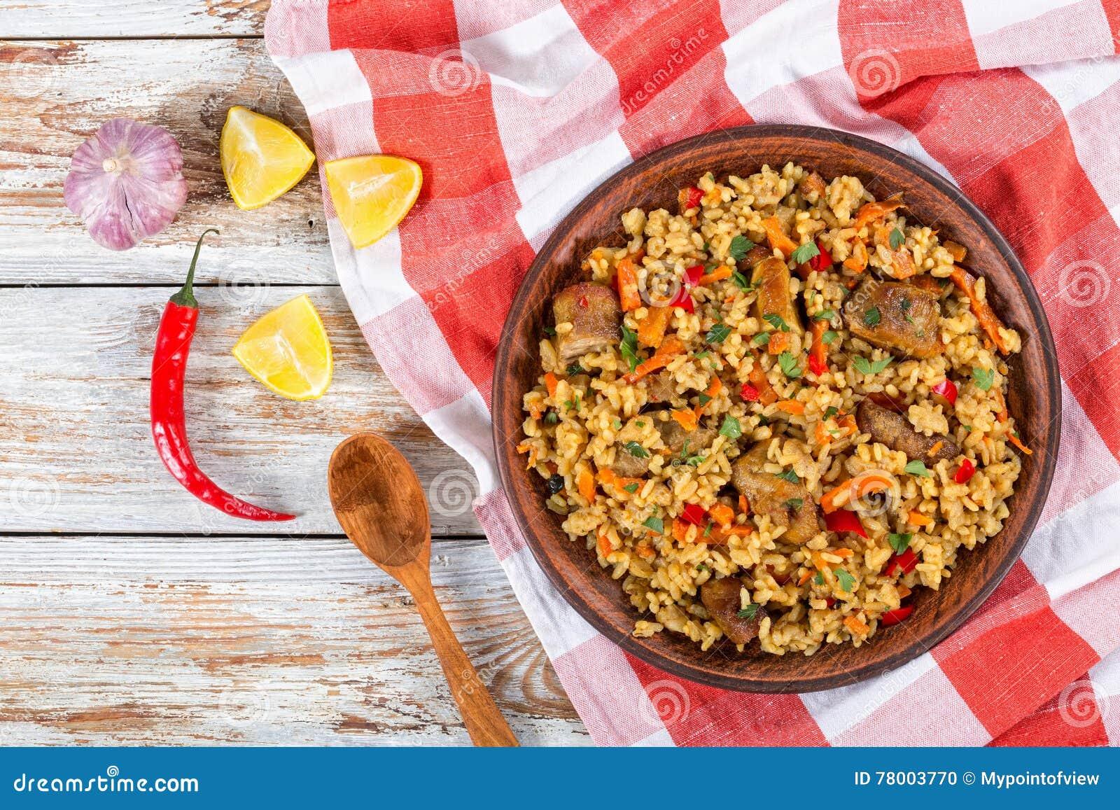 Rice z mięsem, pieprzem, warzywami i pikantność na naczyniu,