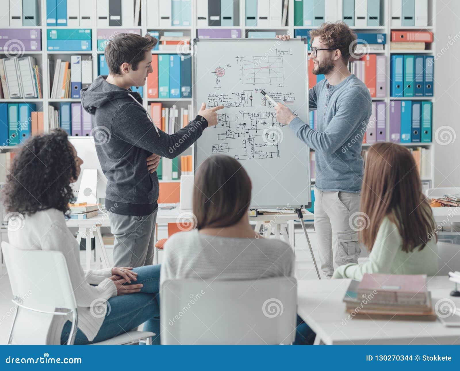 Ricercatore che dà una conferenza agli studenti