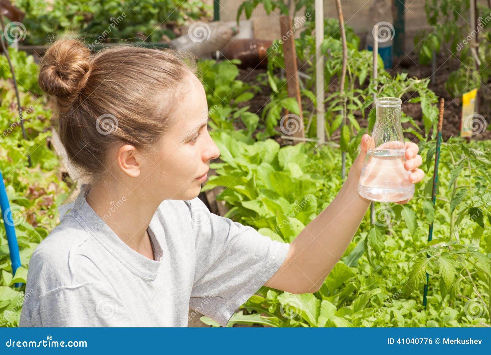 Ricercatore che verifica la qualità dell acqua