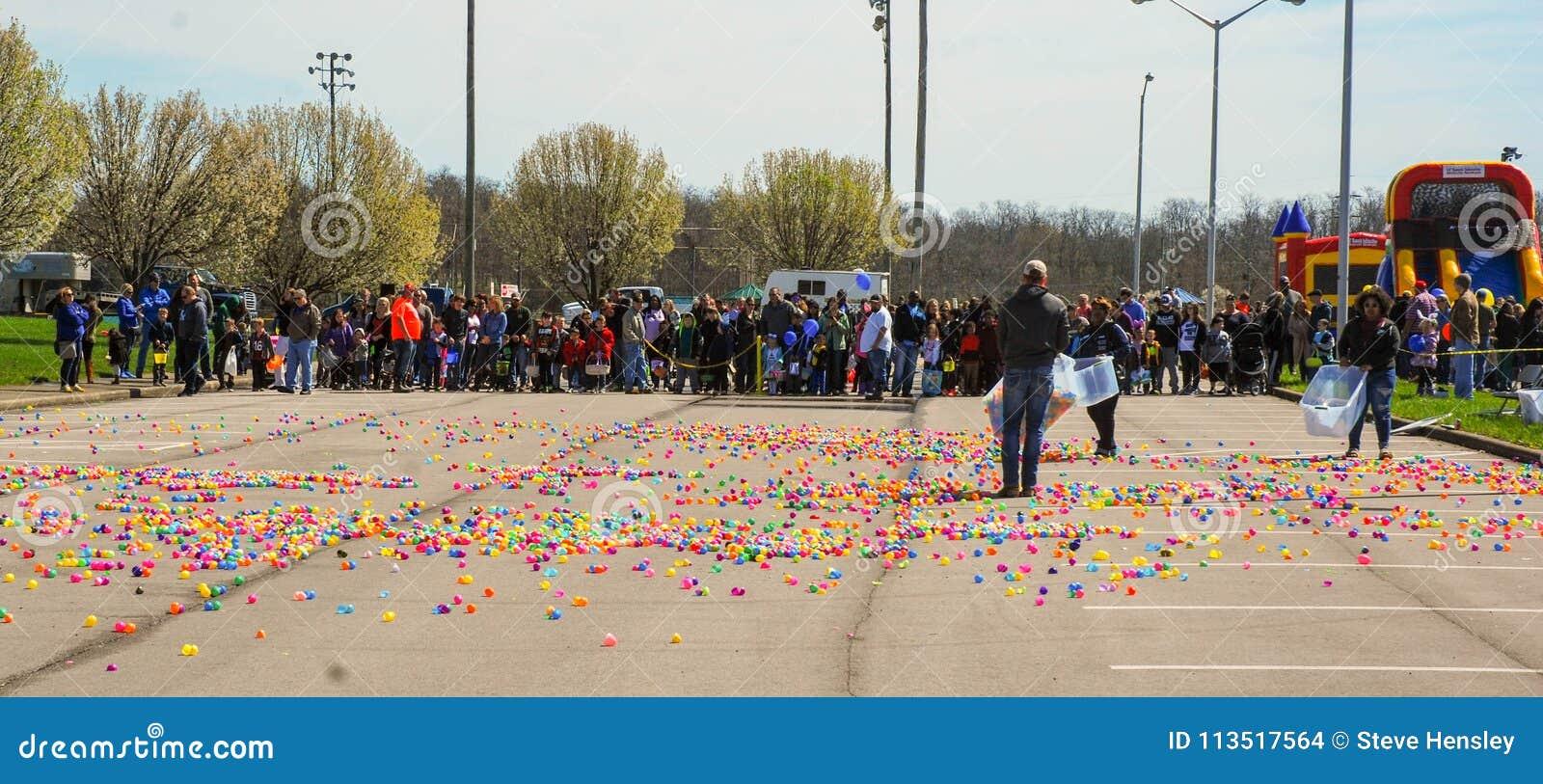 Richmond, KY E.U. - março, 31 2018 - Páscoa Eggstravaganza - as crianças alinham como ovos plásticos para fora espalhados adultos