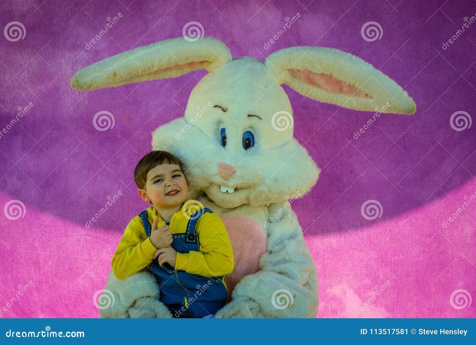 Richmond, KY E.U. - março, 31 2018 - Páscoa Eggstravaganza - um menino levanta com um caráter do coelhinho da Páscoa para uma fot