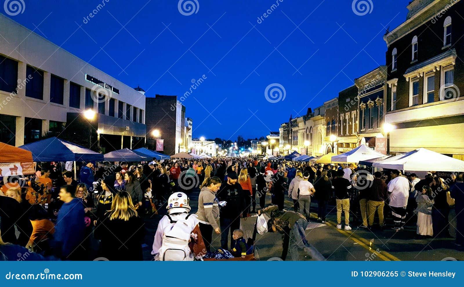 Richmond, KY E.U. - uma multidão recolhe em torno do vendor& x27; barracas de s durante o Hoedown anual de Dia das Bruxas
